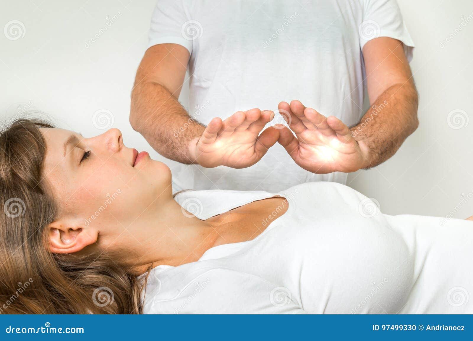 Donna che ottiene a reiki terapia curativa - medicina alternativa