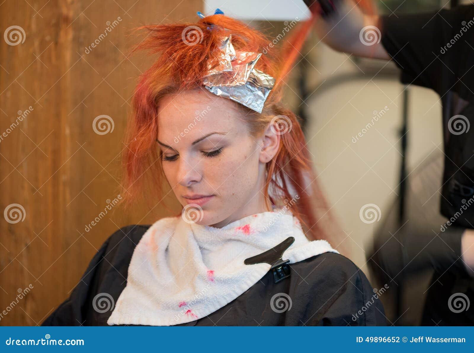 Donna Che Ottiene Rosso Tinto Capelli Fotografia Stock ...