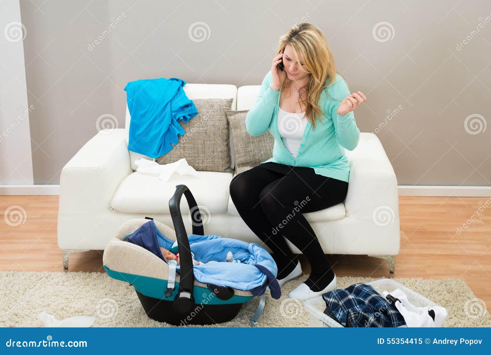Donna che parla sul cellulare in salone