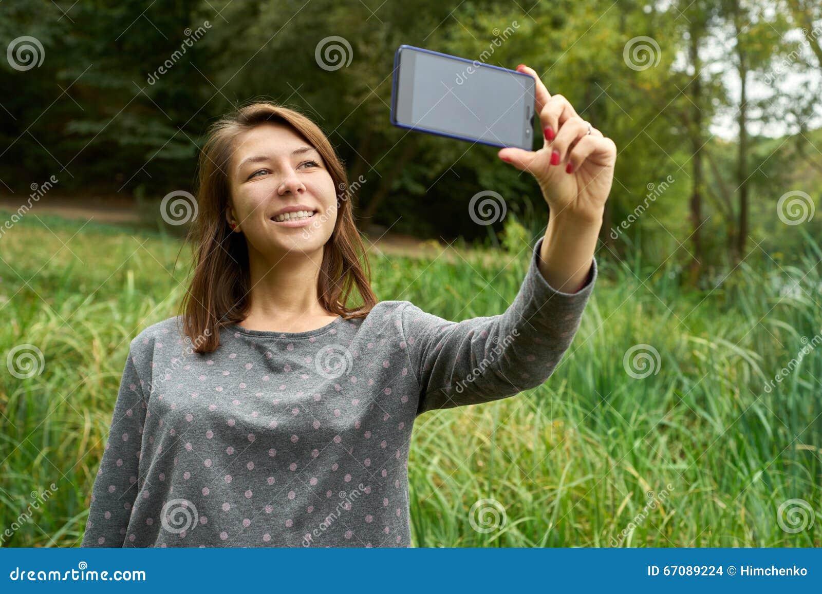Donna che parla sul telefono nel parco