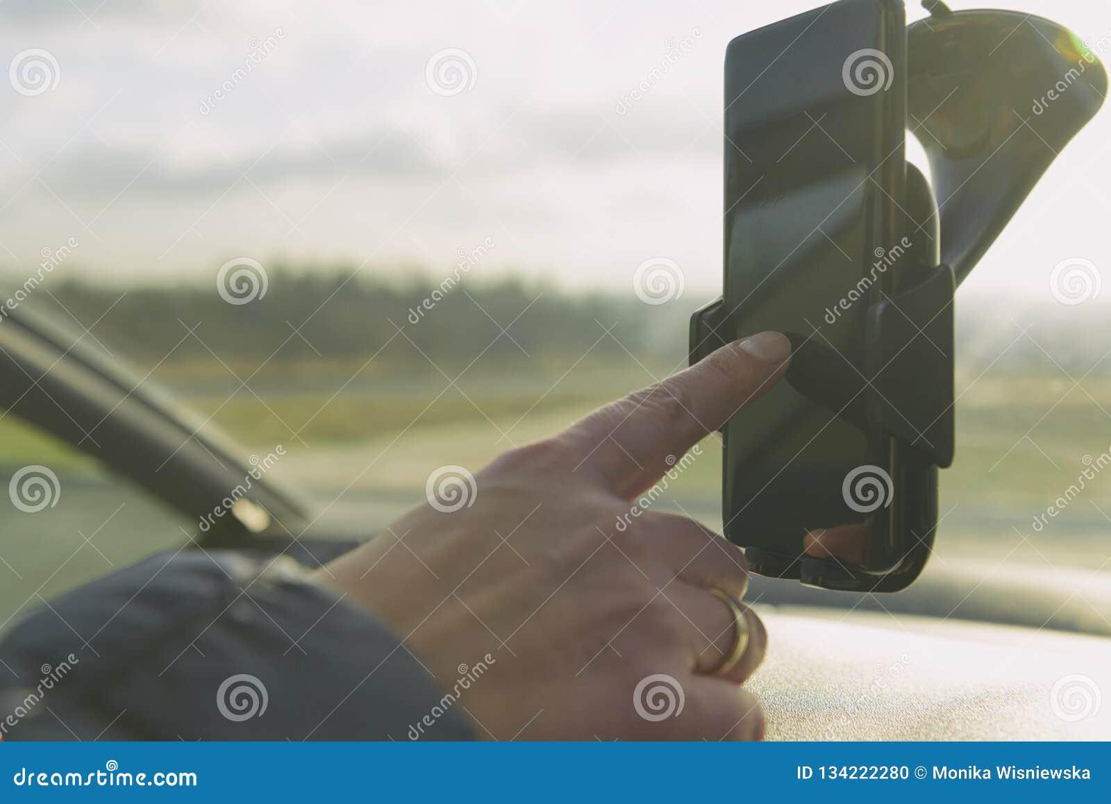 Donna che per mezzo del telefono dello smort mentre conducendo l automobile