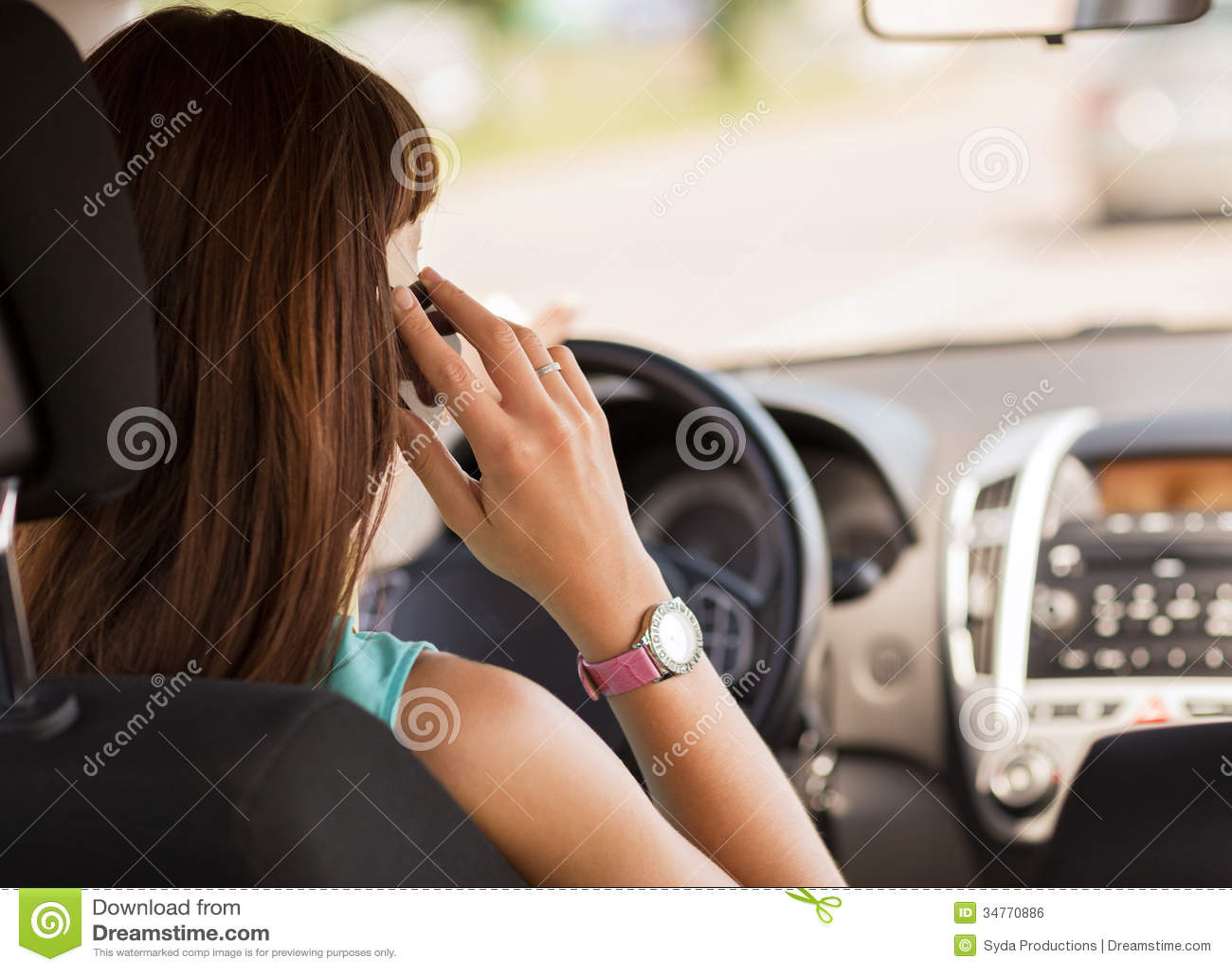 Donna che per mezzo del telefono mentre conducendo l automobile