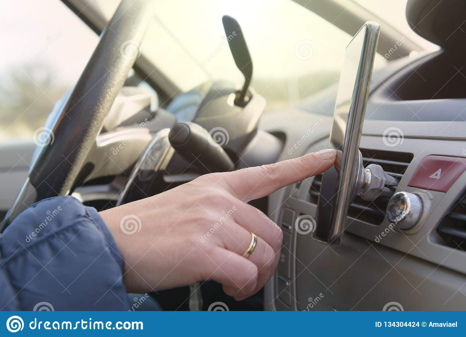 Donna che per mezzo dello Smart Phone mentre conducendo l automobile