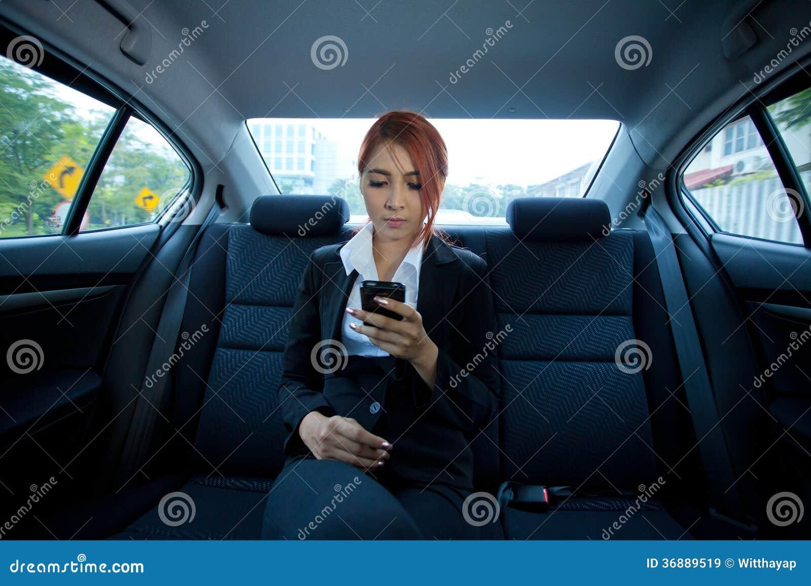 Download Donna Che Per Mezzo Di Uno Smart Phone Immagine Stock - Immagine di trasporto, ritratto: 36889519