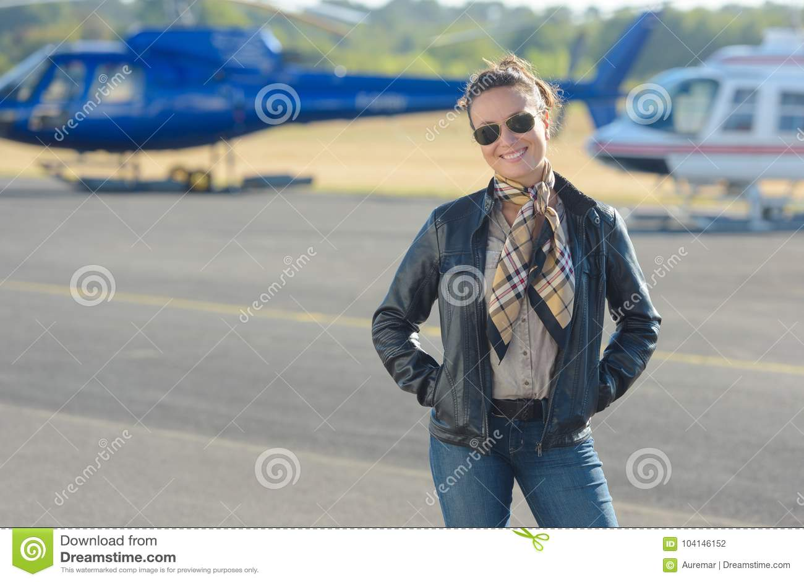 Donna che posa in catrame