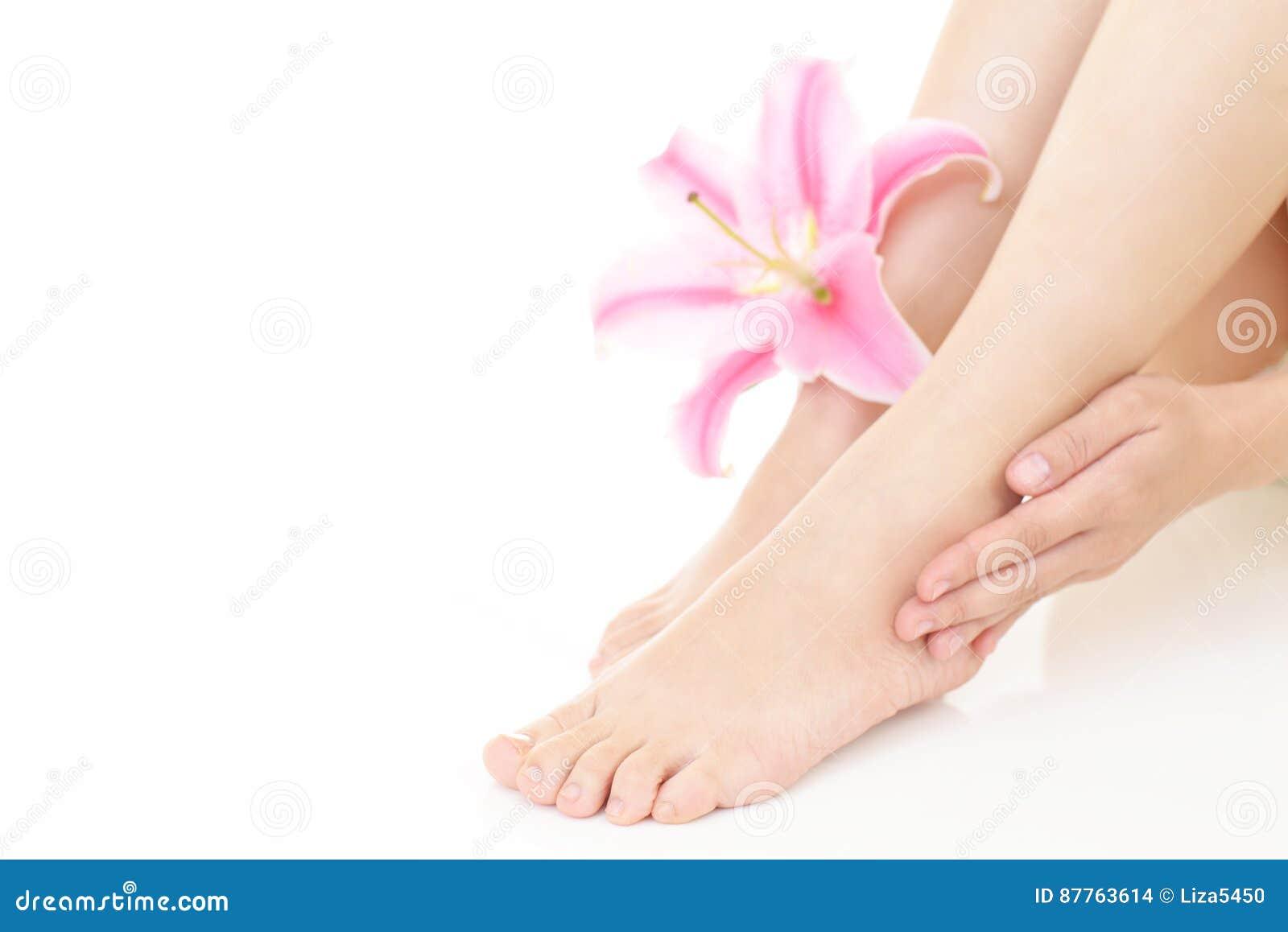 Donna che prende la cura delle sue gambe