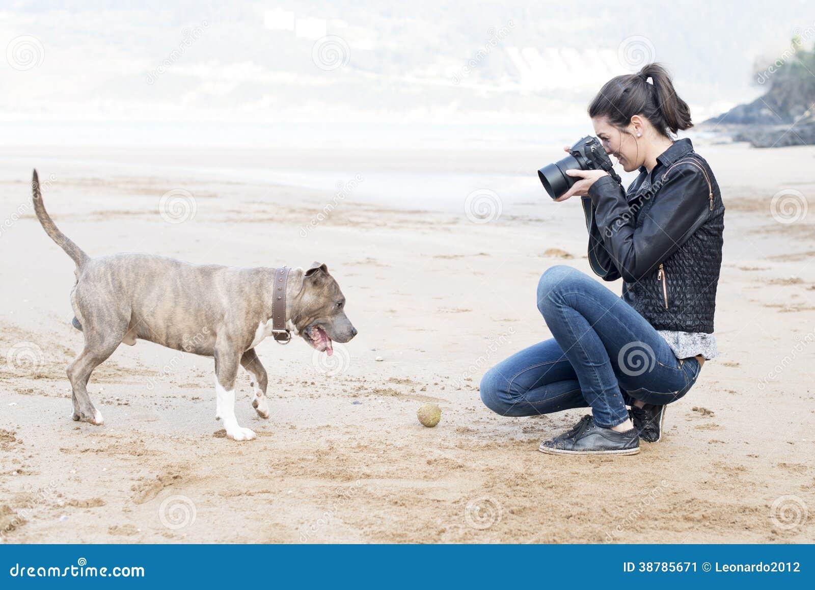 Donna che prende le immagini del vostro cane, all aperto.