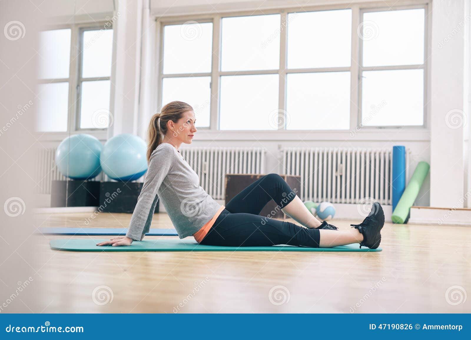 Donna che prende rottura dal suo allenamento alla palestra