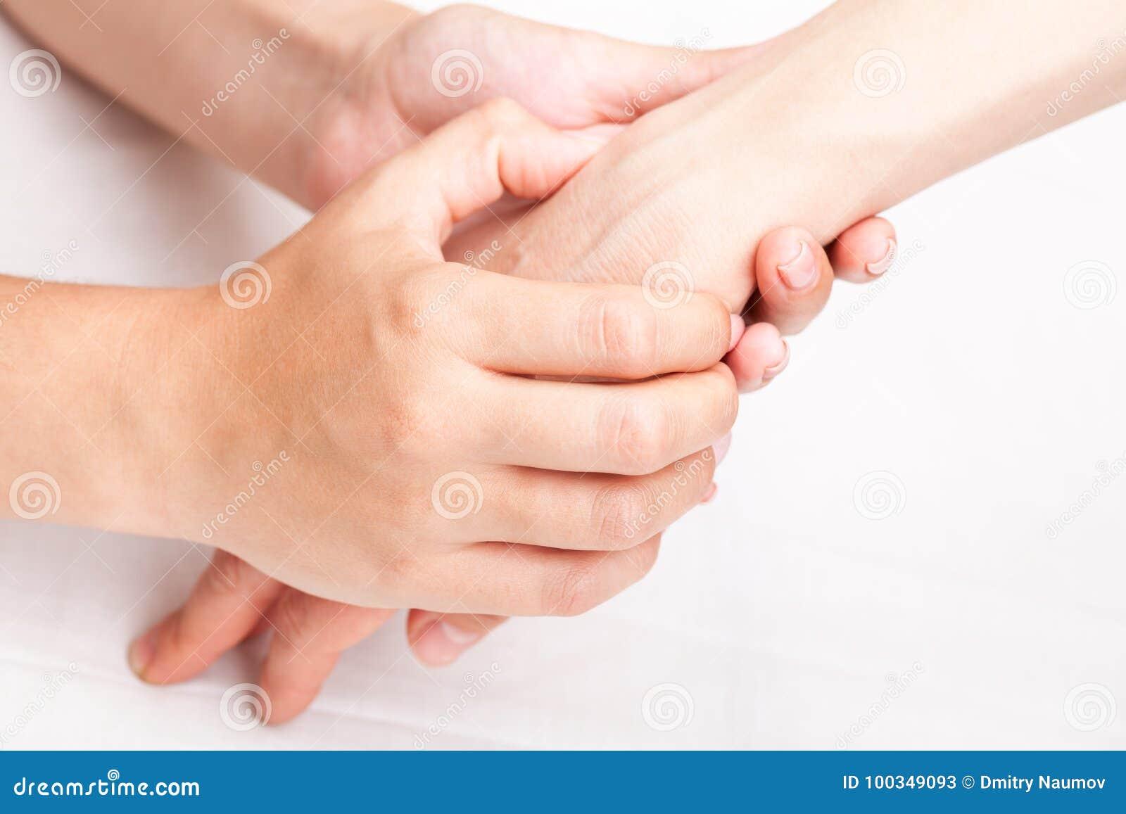 Donna che riceve trattamento osteopatico del suo polso