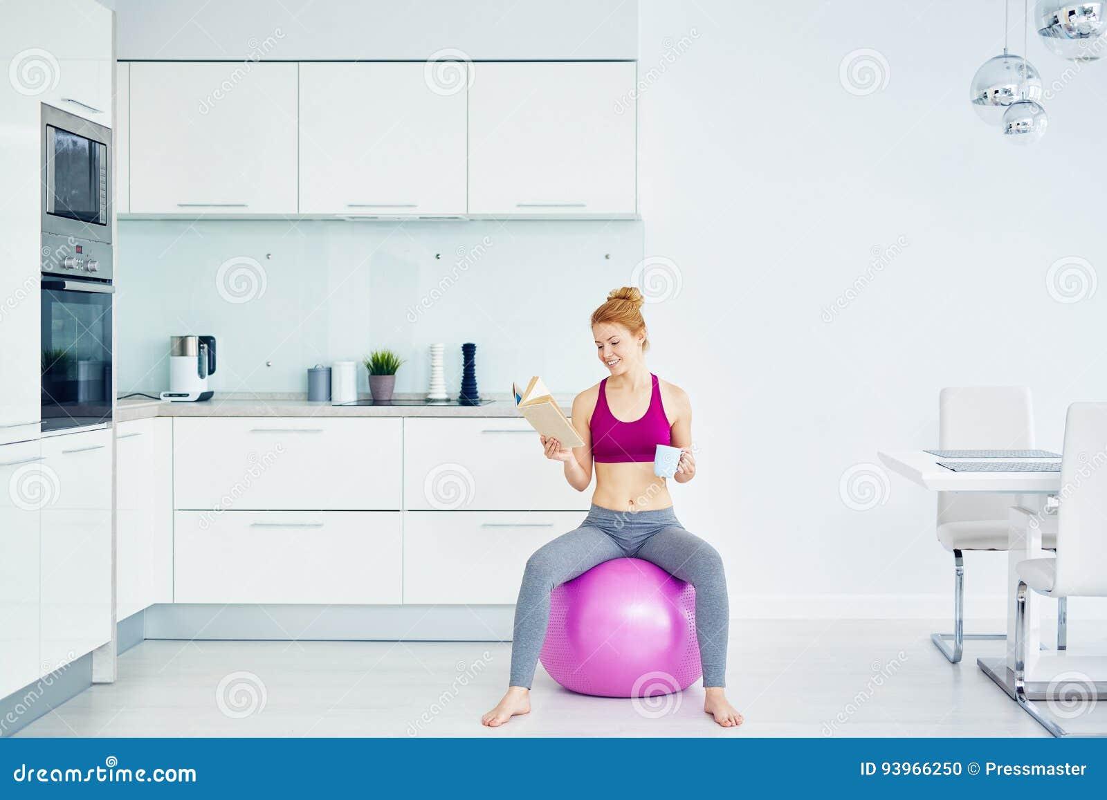 Donna che riposa dopo l allenamento di forma fisica