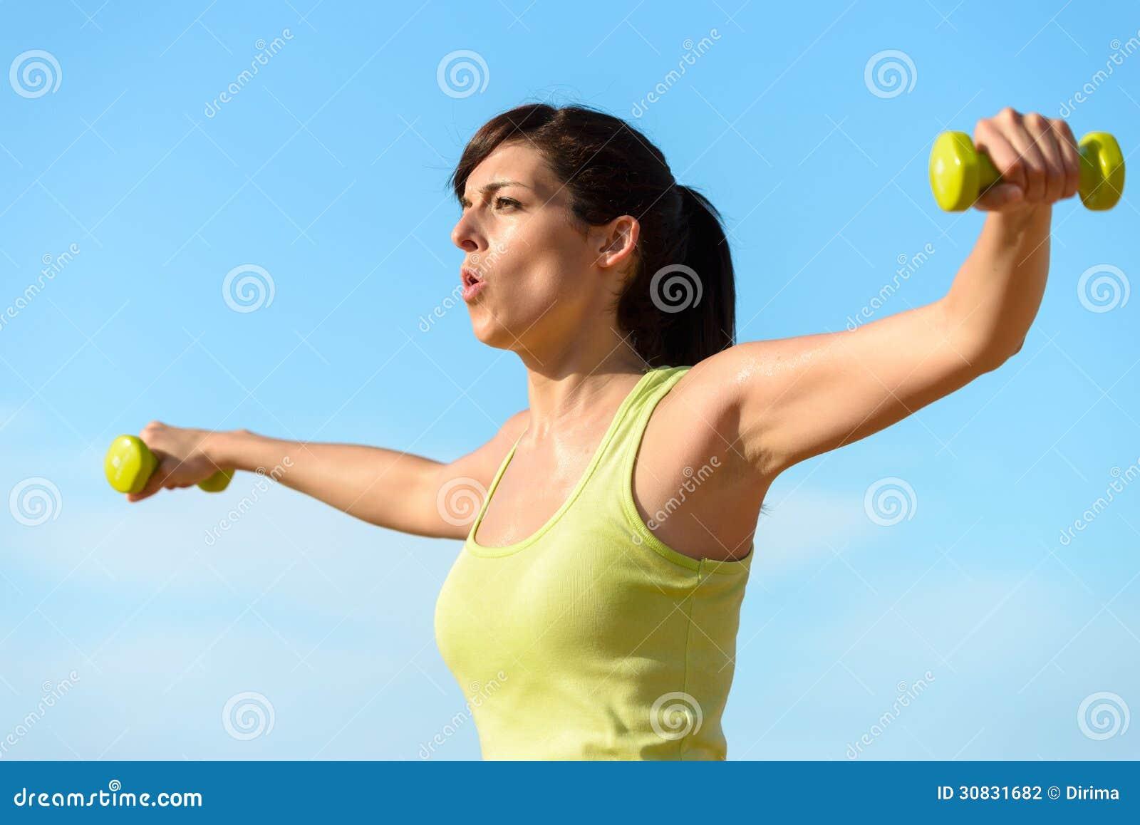 Donna che risolve con le teste di legno
