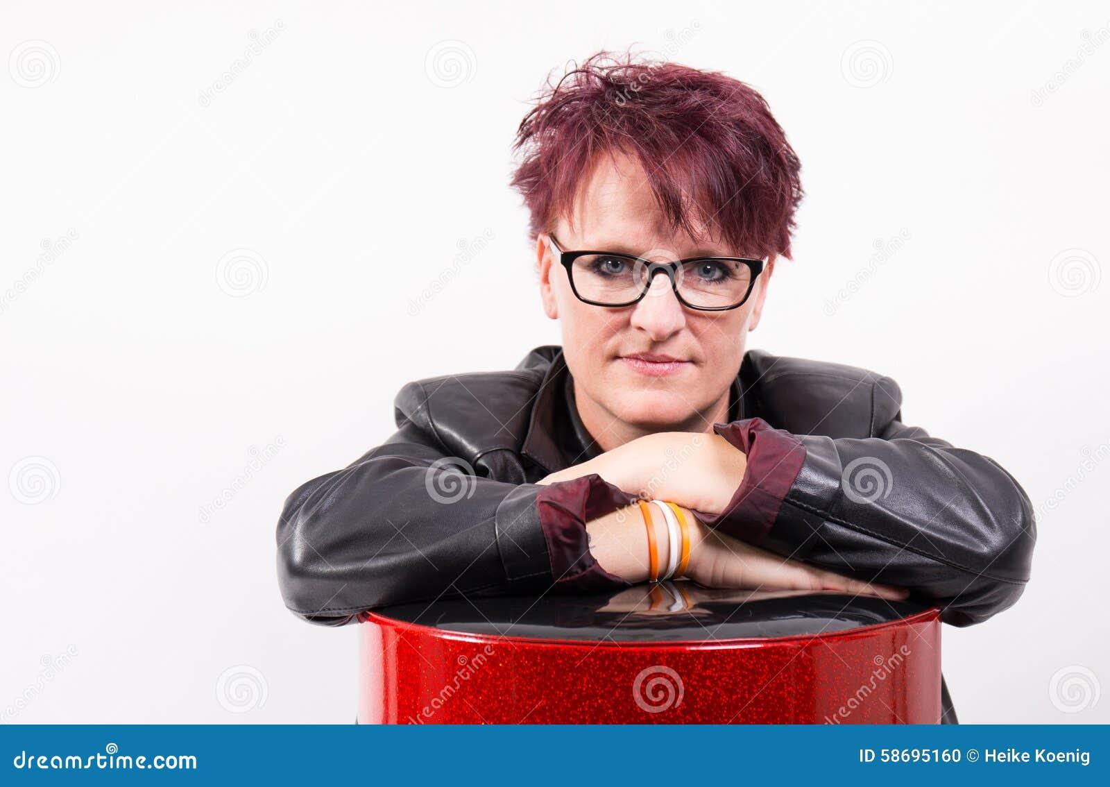 Donna che si appoggia uno sgabello da bar della vecchia scuola