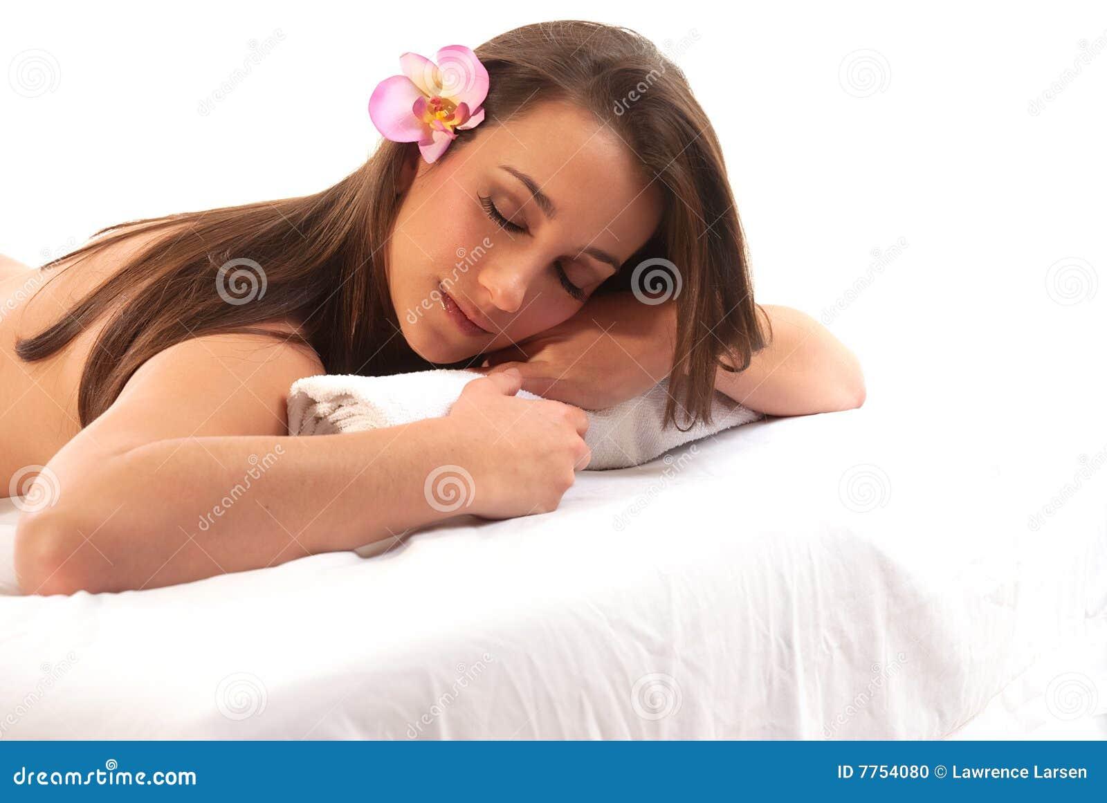 Donna che si distende sulla Tabella di massaggio