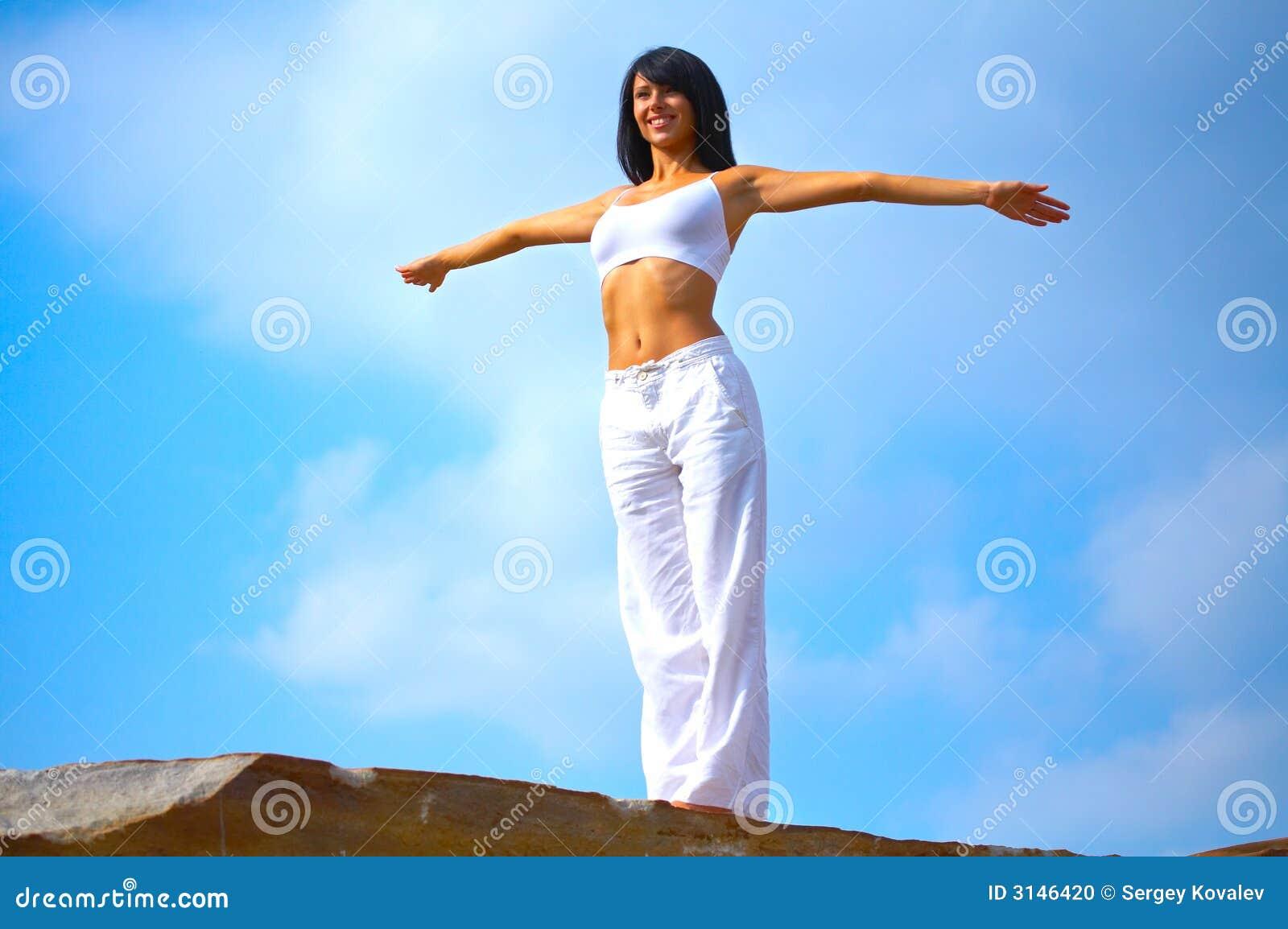 Donna che si leva in piedi su una roccia