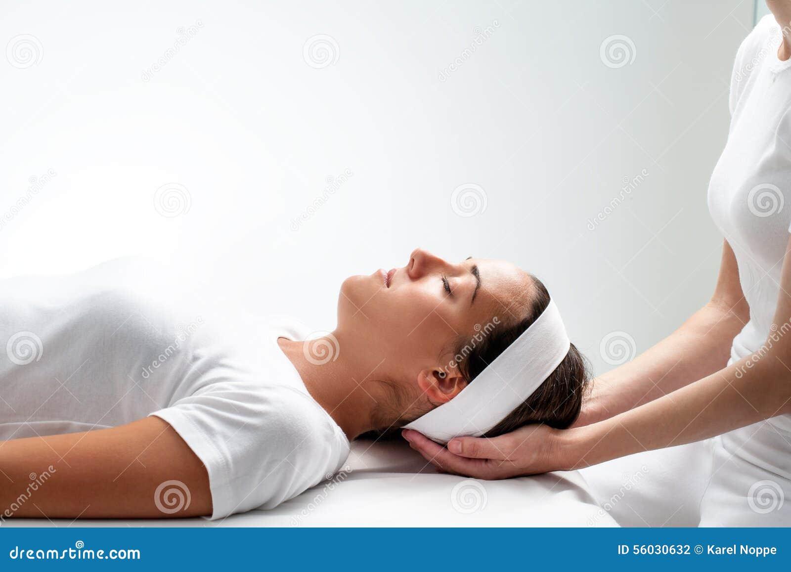 Donna che si rilassa alla sessione di reiki