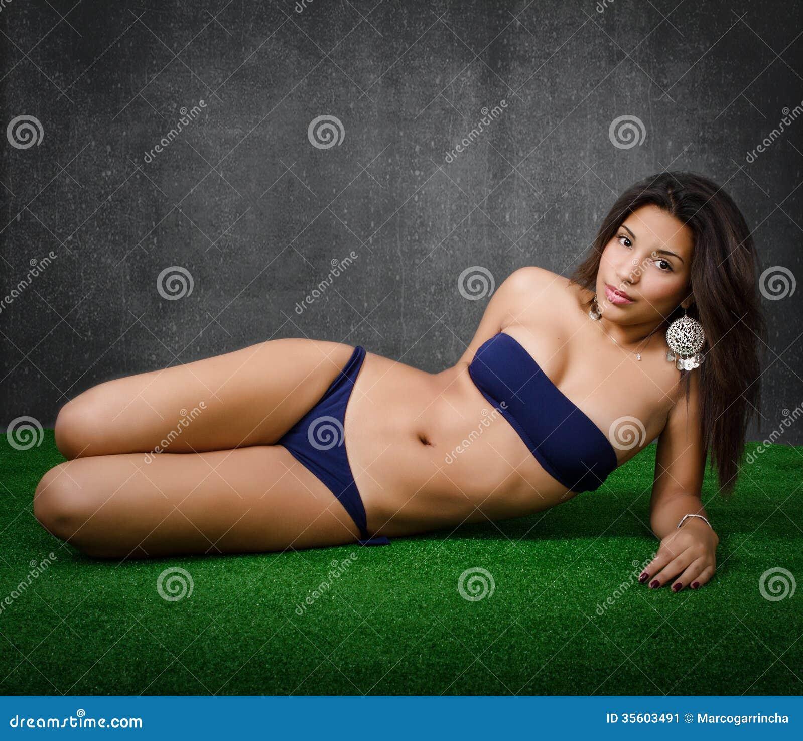 Donna che si riposa in una vista di laterale del parco