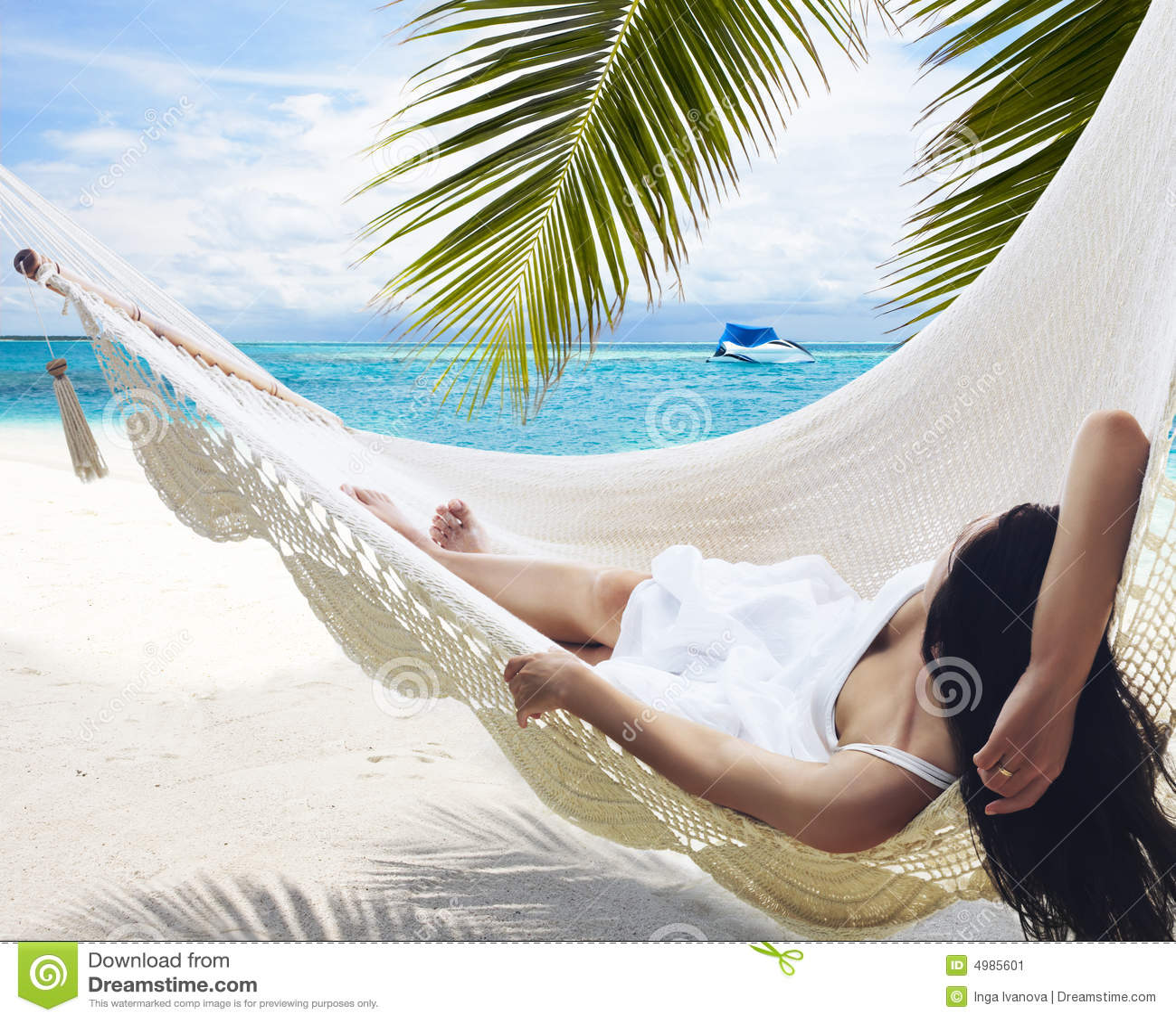 Donna che si trova in hammock