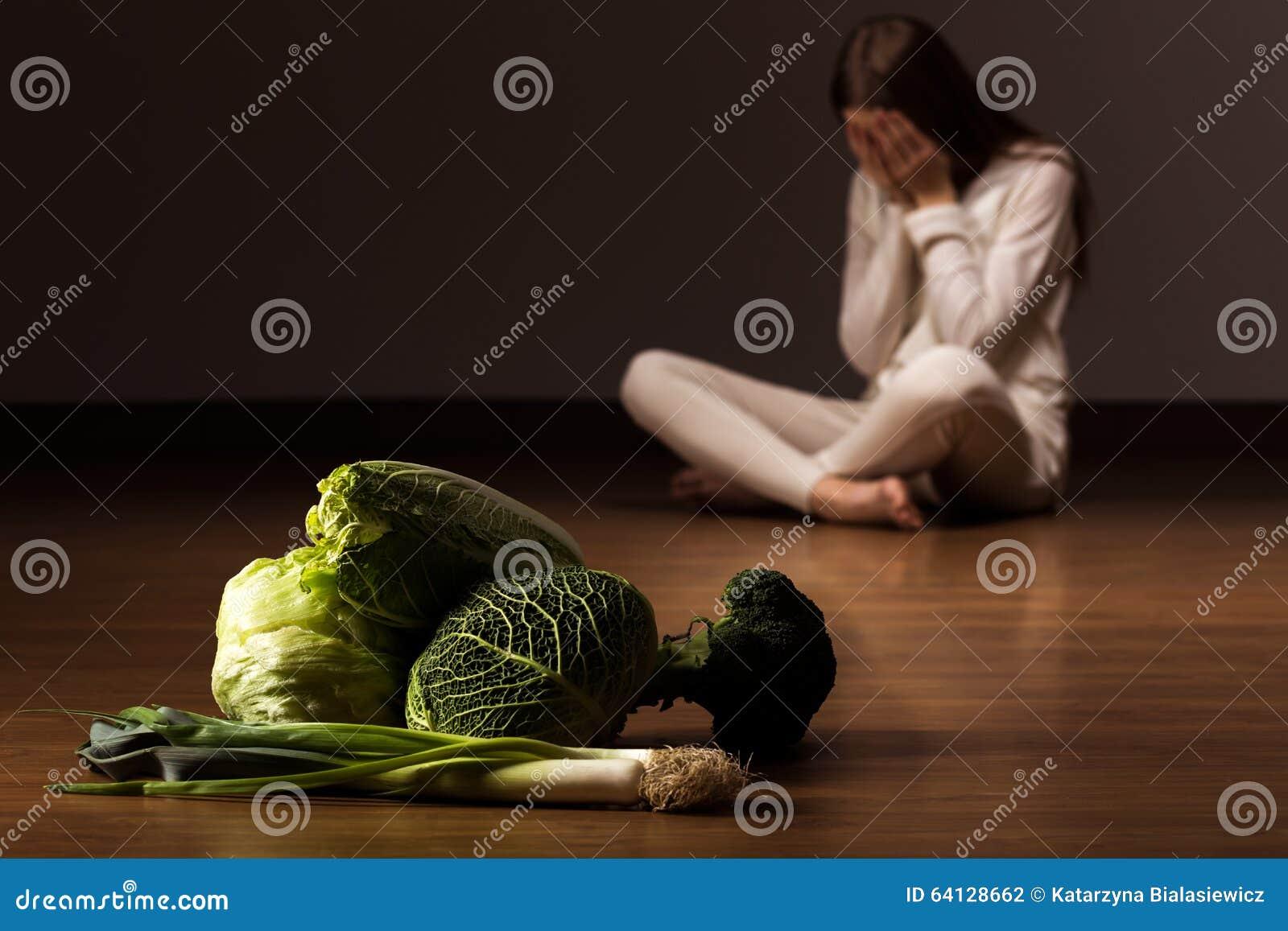 Donna che soffre dal disordine alimentare