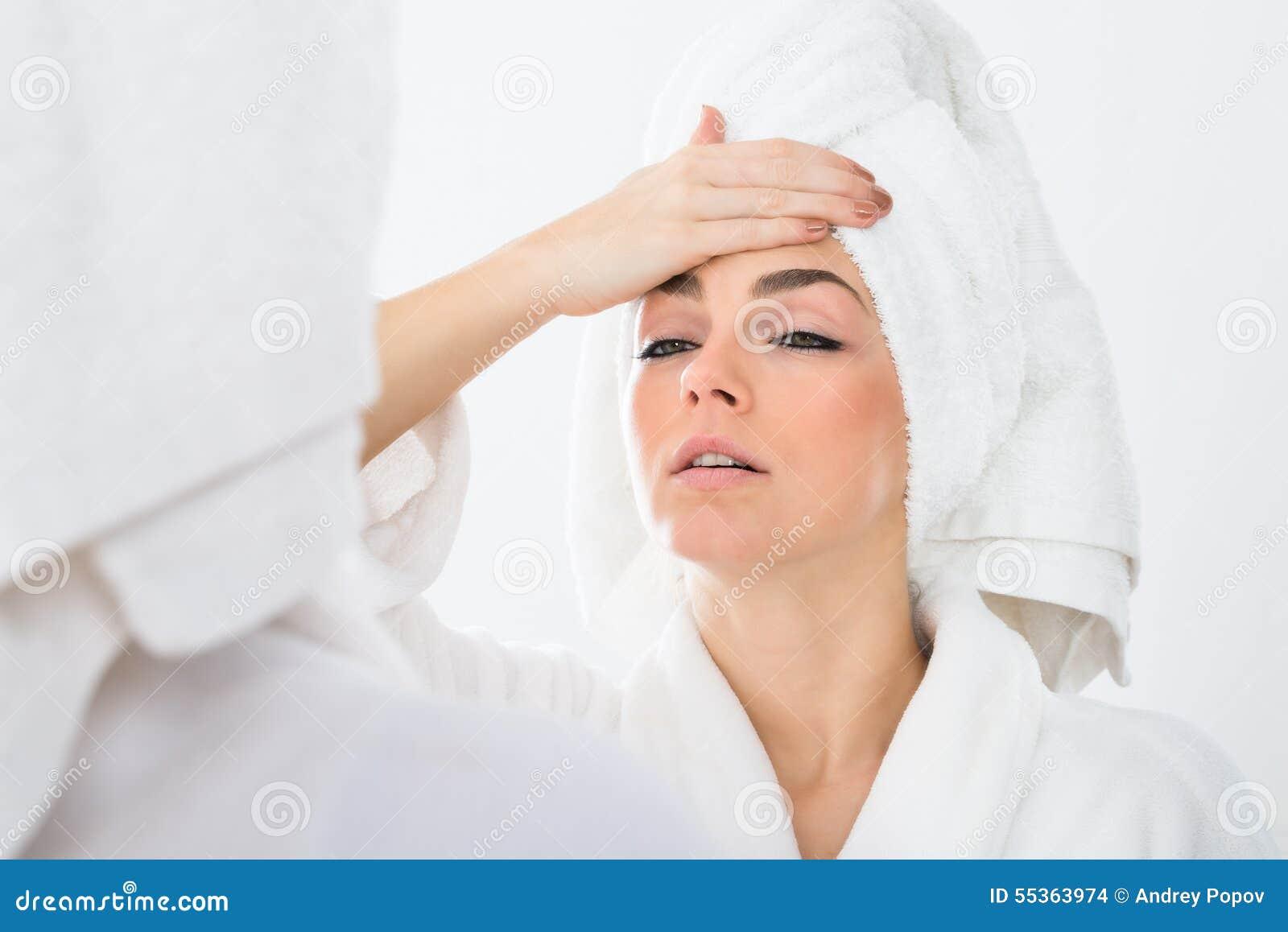 Donna che soffre dalla febbre
