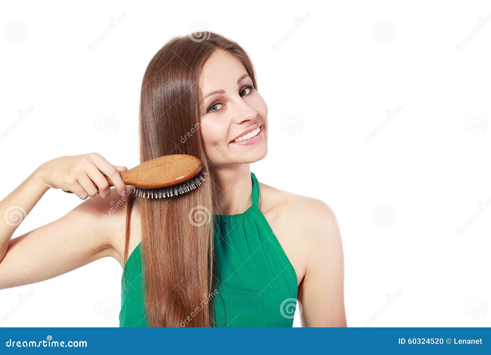 Donna che spazzola i suoi capelli