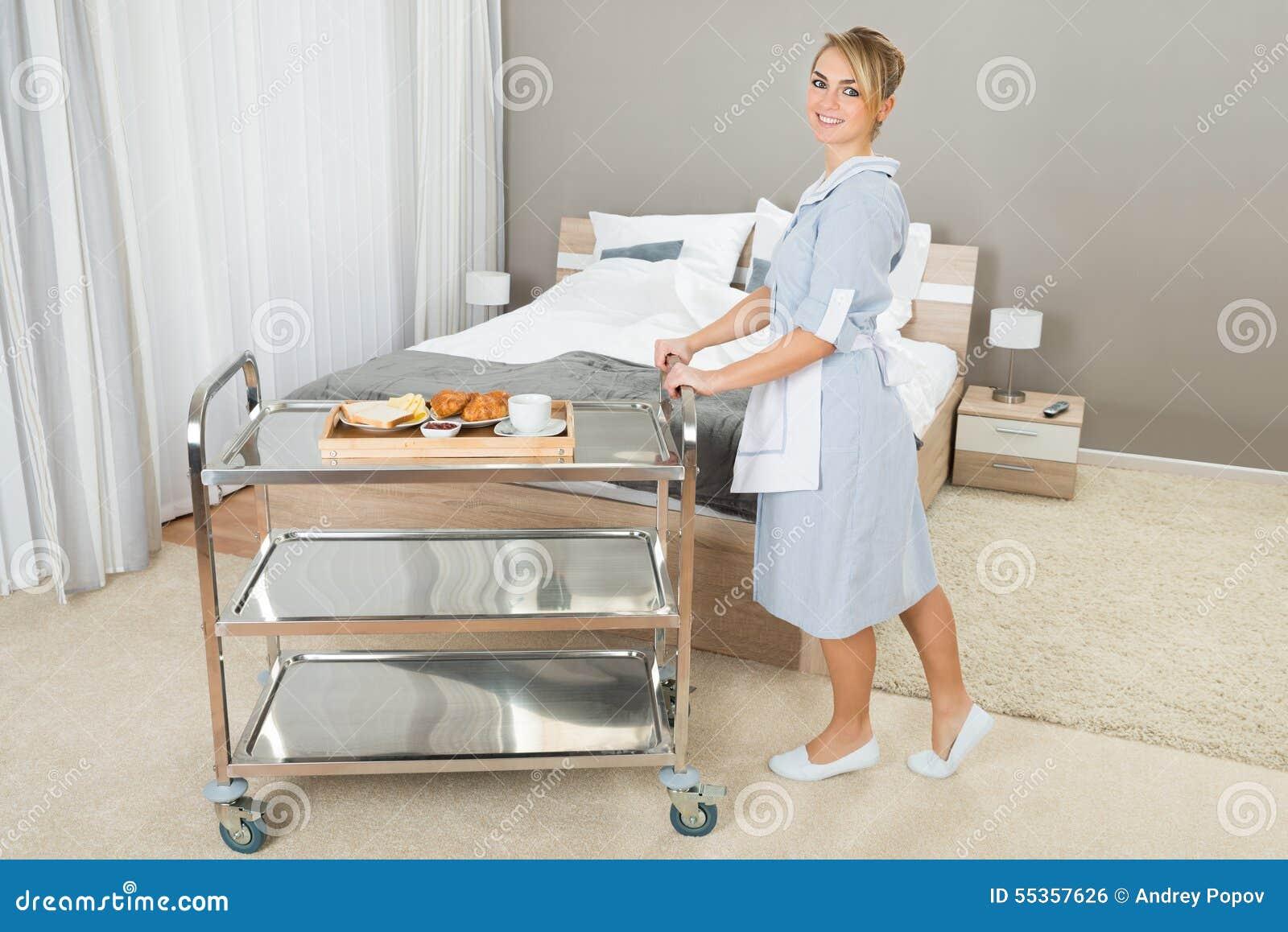 Donna che spinge carrello con la prima colazione