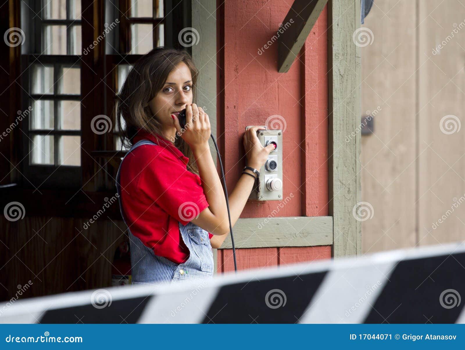 Donna che spinge il tasto di controllo