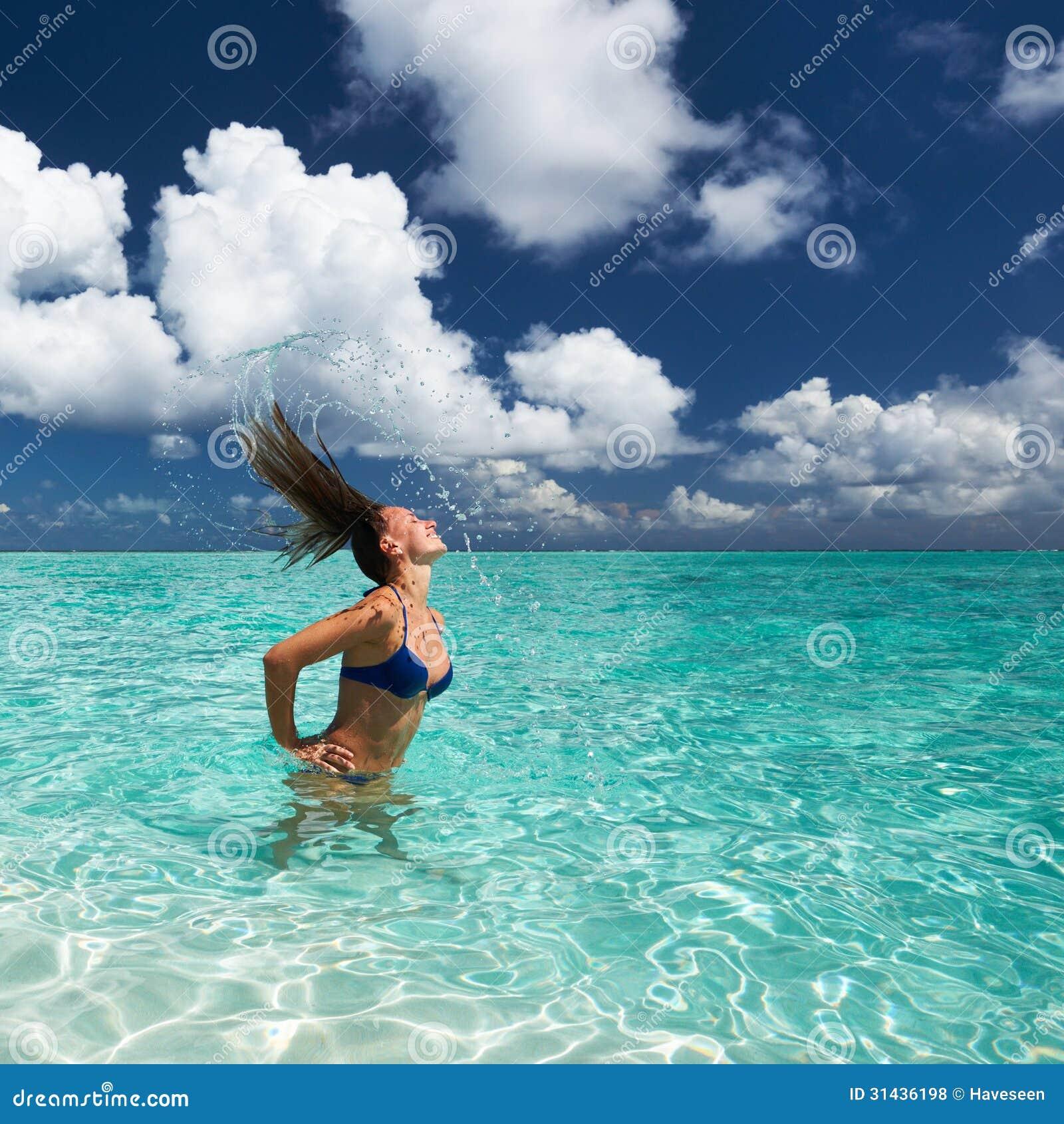 Donna Che Spruzza Acqua Con I Capelli Nell'oceano ...