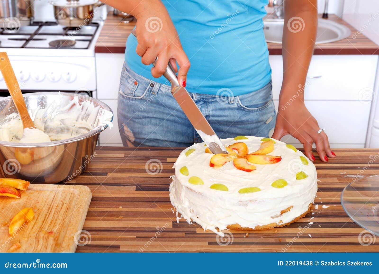 Donna che taglia la torta