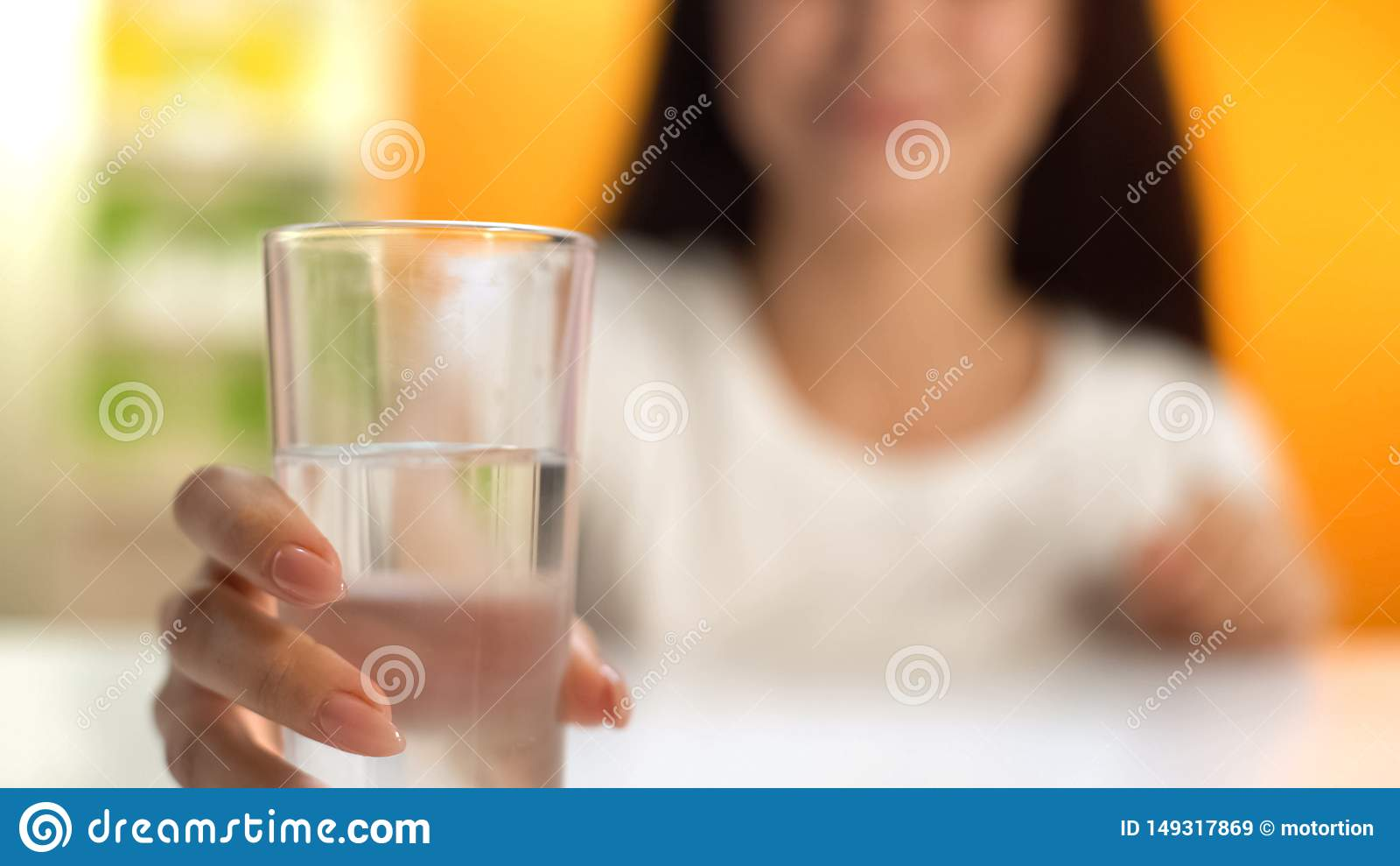 Donna che tiene acqua dolce, idratazione del corpo, bevanda per perdita di peso, rinfresco