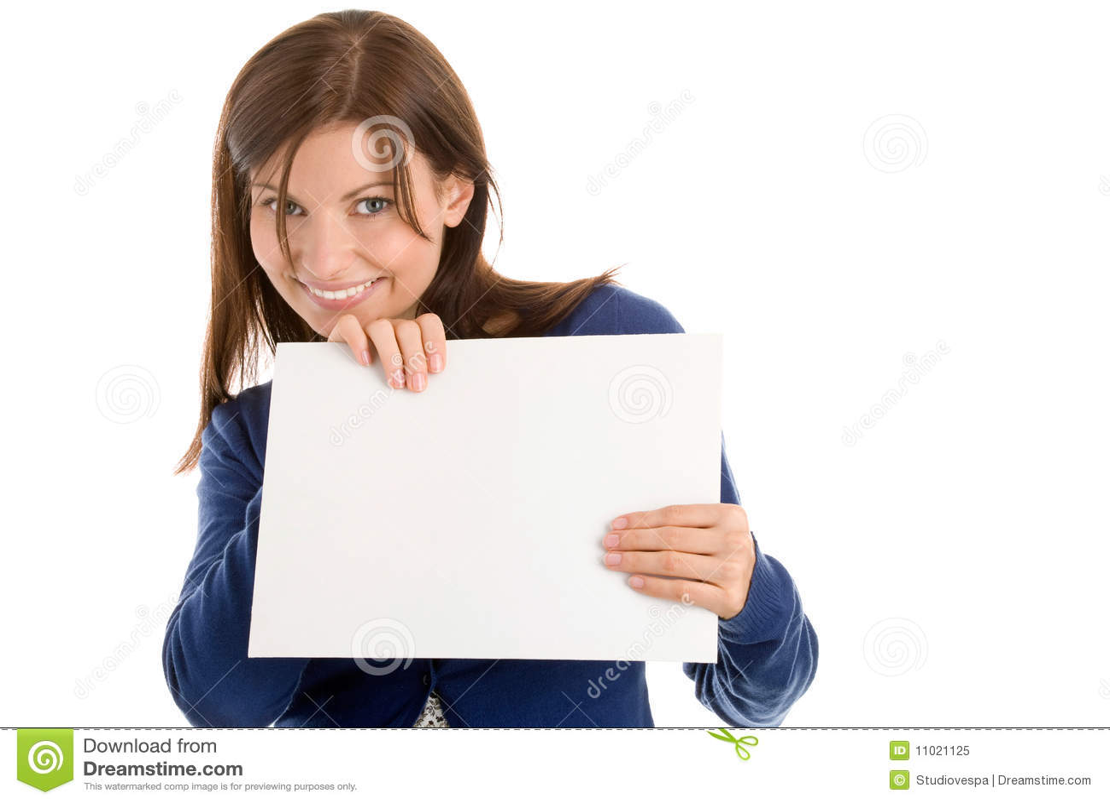 Donna che tiene la scheda di nota in bianco