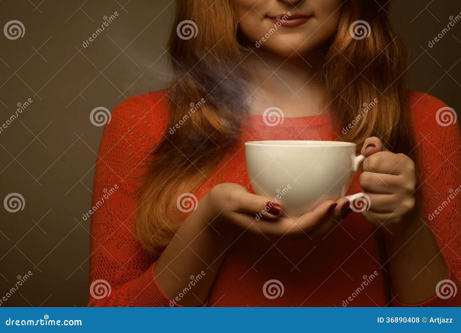 Download Donna Che Tiene Tazza Calda Ed I Sorrisi Fotografia Stock - Immagine di tazza, nero: 36890408