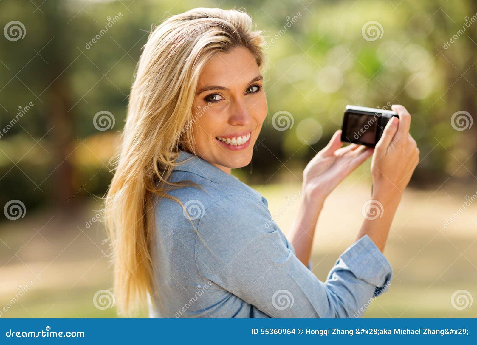 Donna che tiene una macchina fotografica