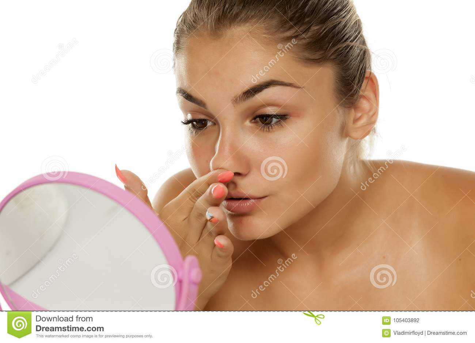 Donna che tocca il suo naso