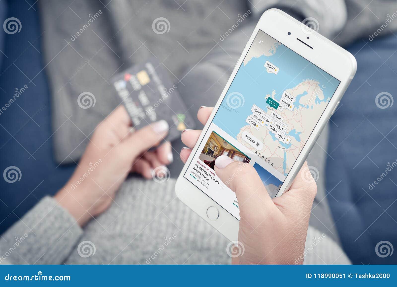 Donna che usando Airbnb app sul iPhone 8 di Apple più