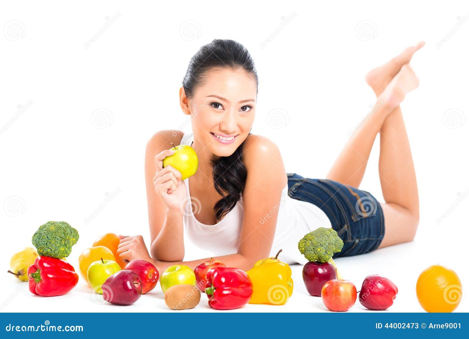 Donna cinese asiatica che mangia frutta