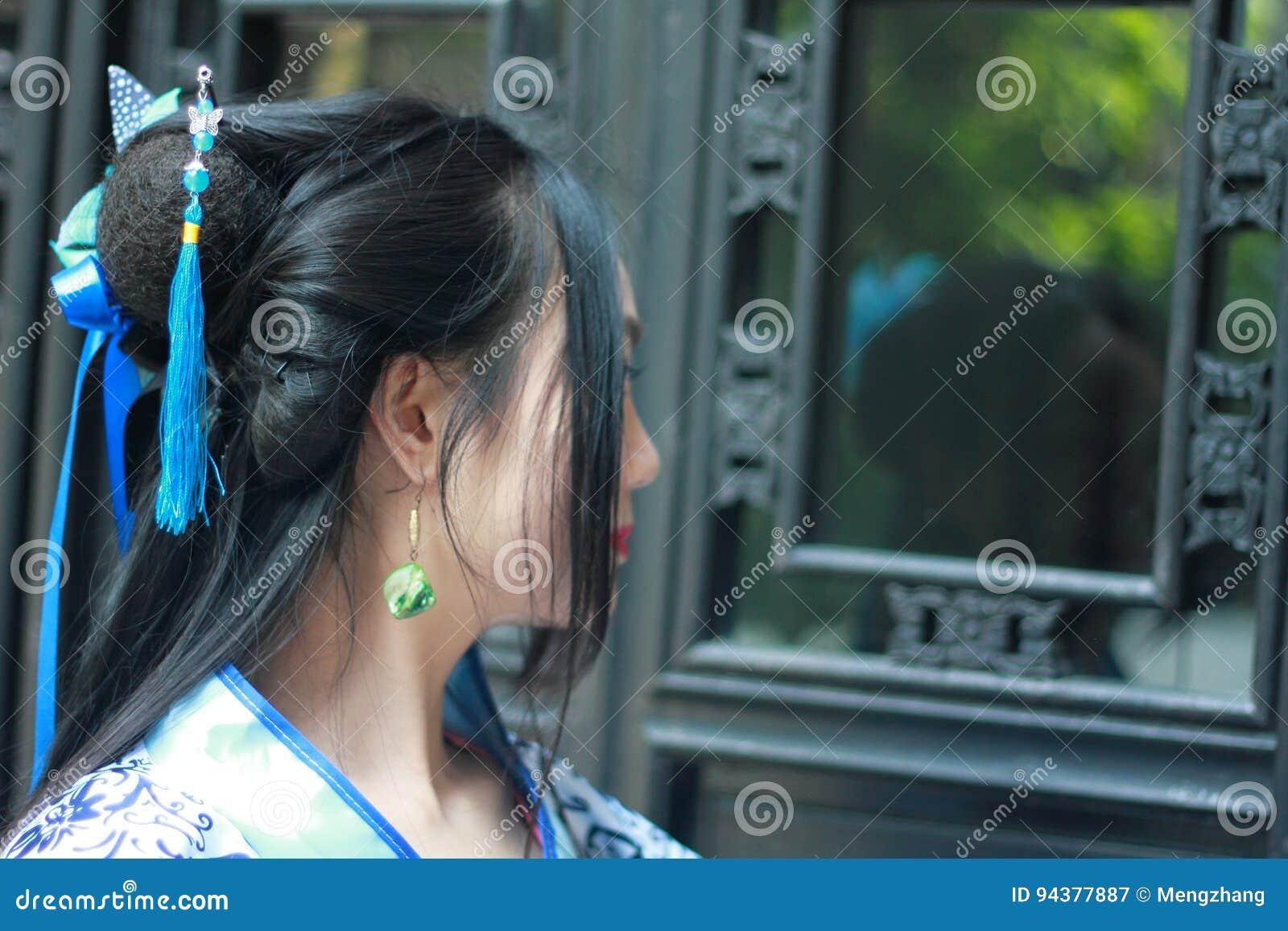 Donna cinese in vestito blu e bianco tradizionale da Hanfu di stile della porcellana