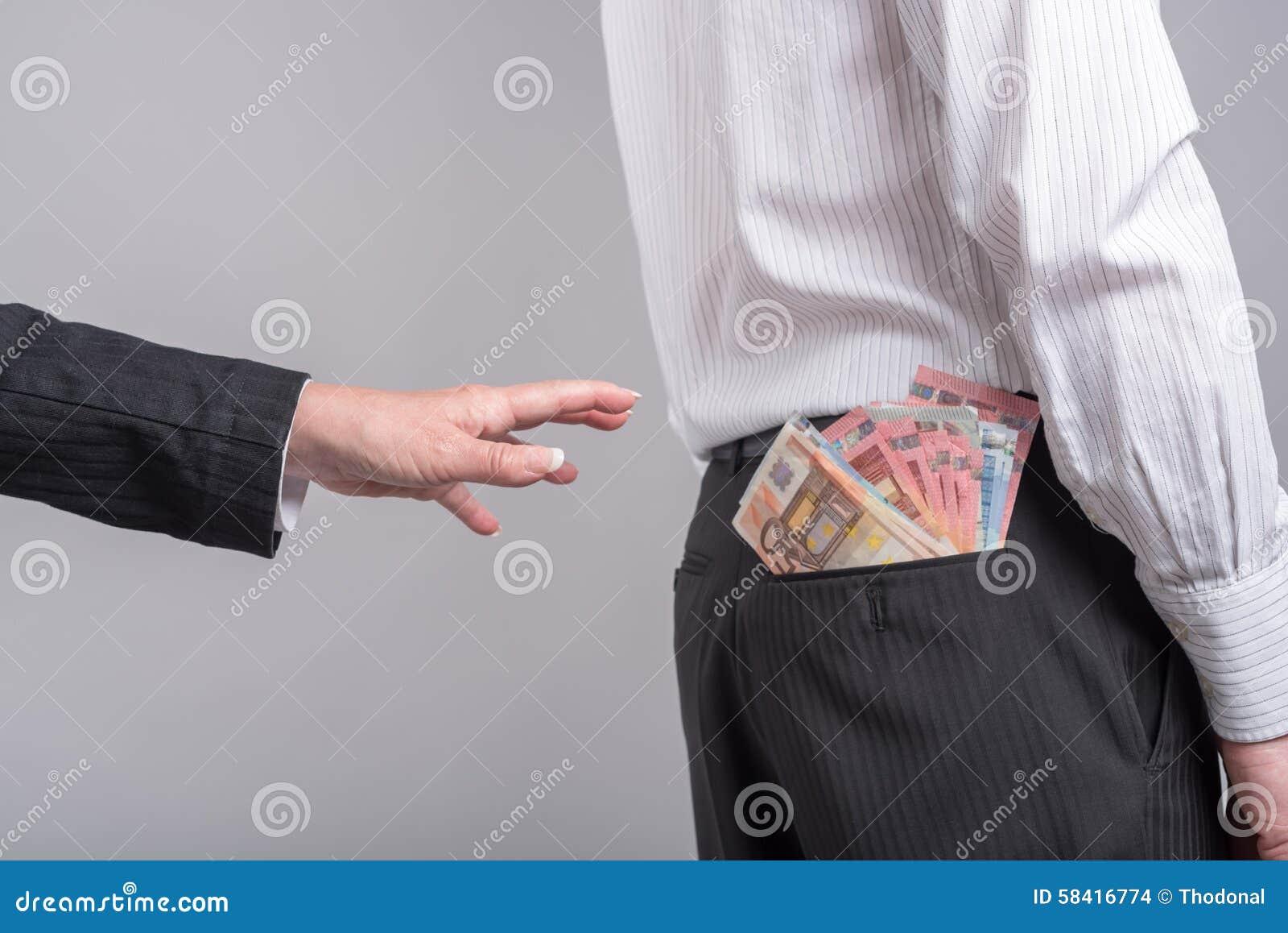 Donna circa per prendere soldi dalla tasca posteriore