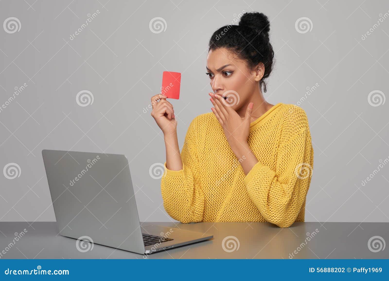 Donna colpita con la carta di credito della tenuta del computer portatile