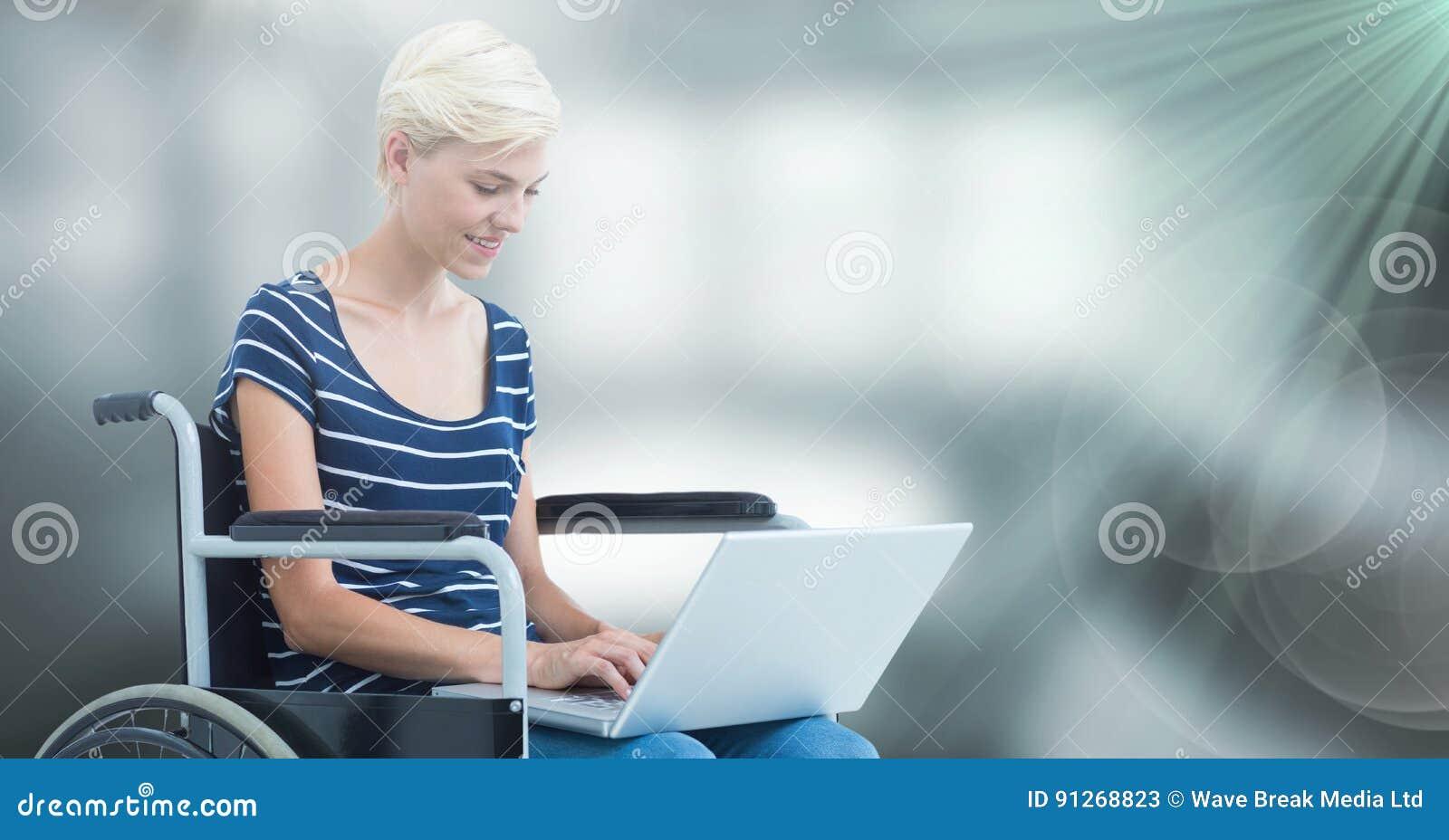 Donna composita di handicap del od di immagine che per mezzo di un computer