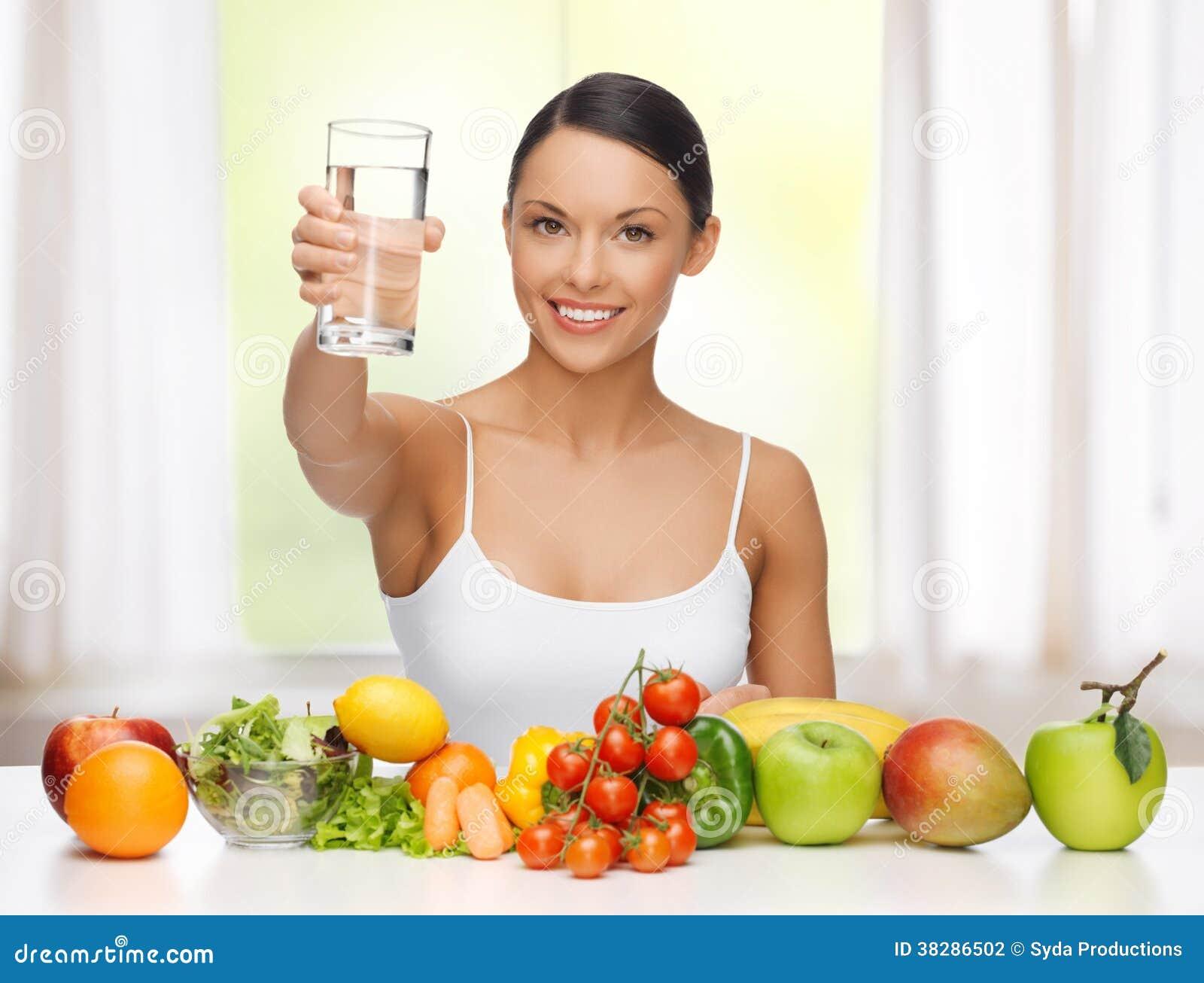 Donna con alimento sano