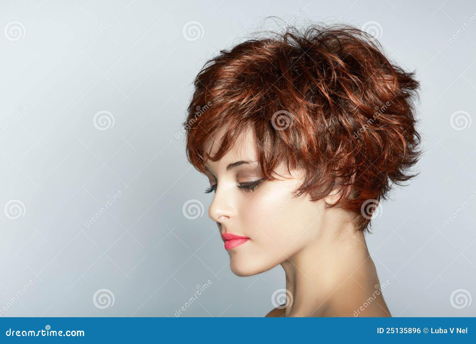 Donna con breve taglio di capelli