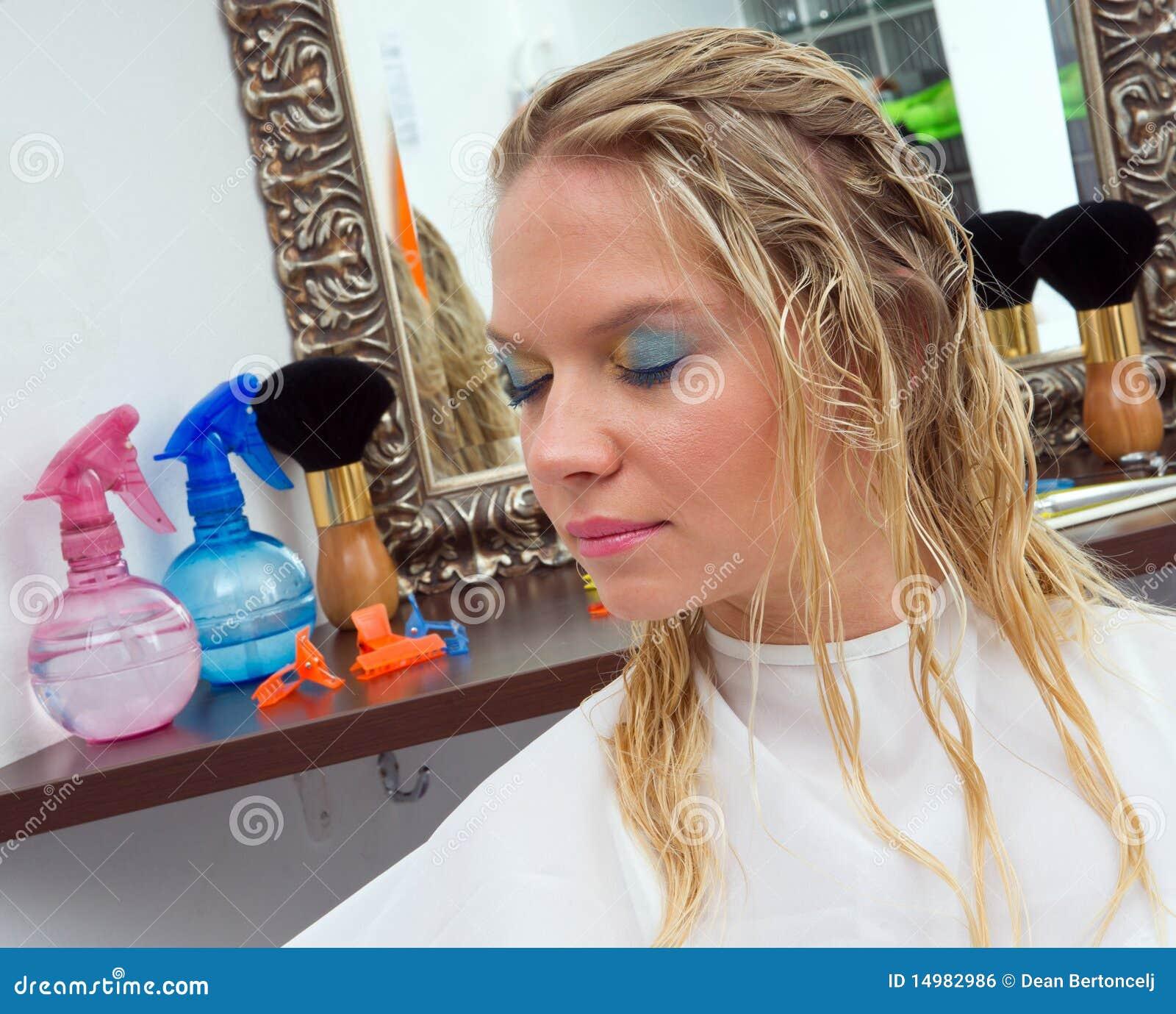 Donna con capelli bagnati fotografia stock. Immagine di ...