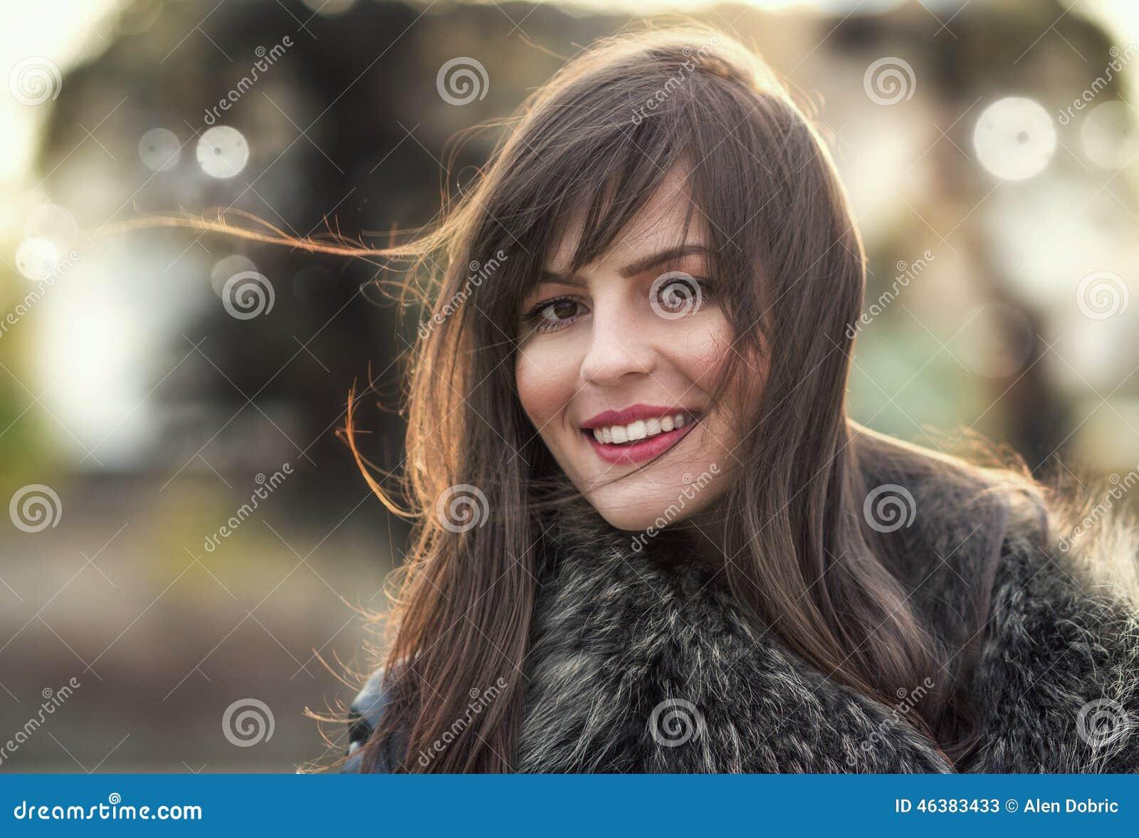 Donna con capelli che soffiano nel vento