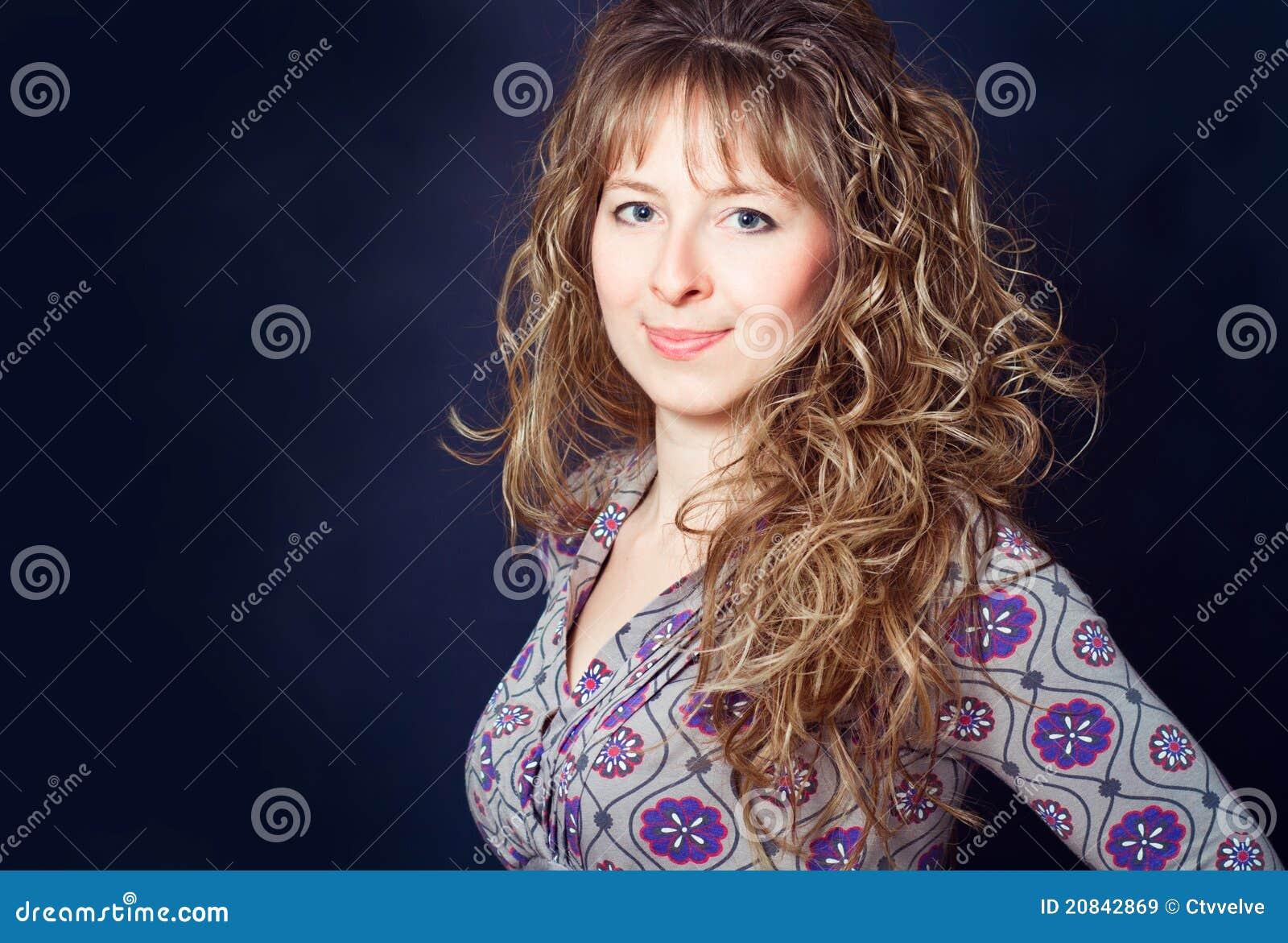 Donna Con Capelli Ricci Lunghi Immagine Stock - Immagine ...