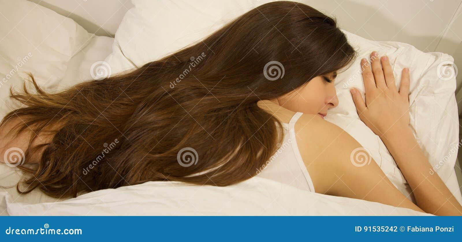 Donna Con Capelli Serici Lunghi Che Dorme A Letto Primo ...