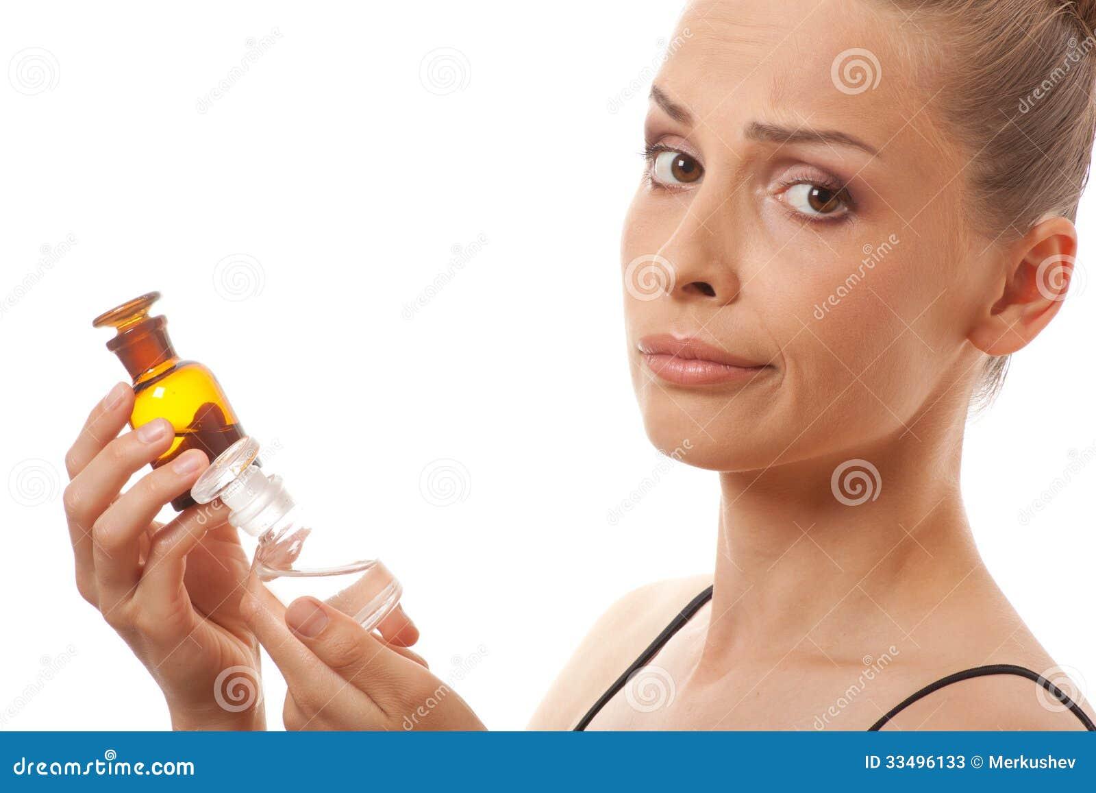 Donna con due bottiglie di medicina o di profumo
