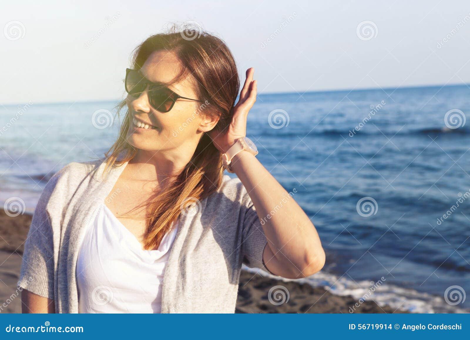 5c87ac1732 Donna Con Gli Occhiali Da Sole Che Sorride Al Baach Priorità Bassa ...
