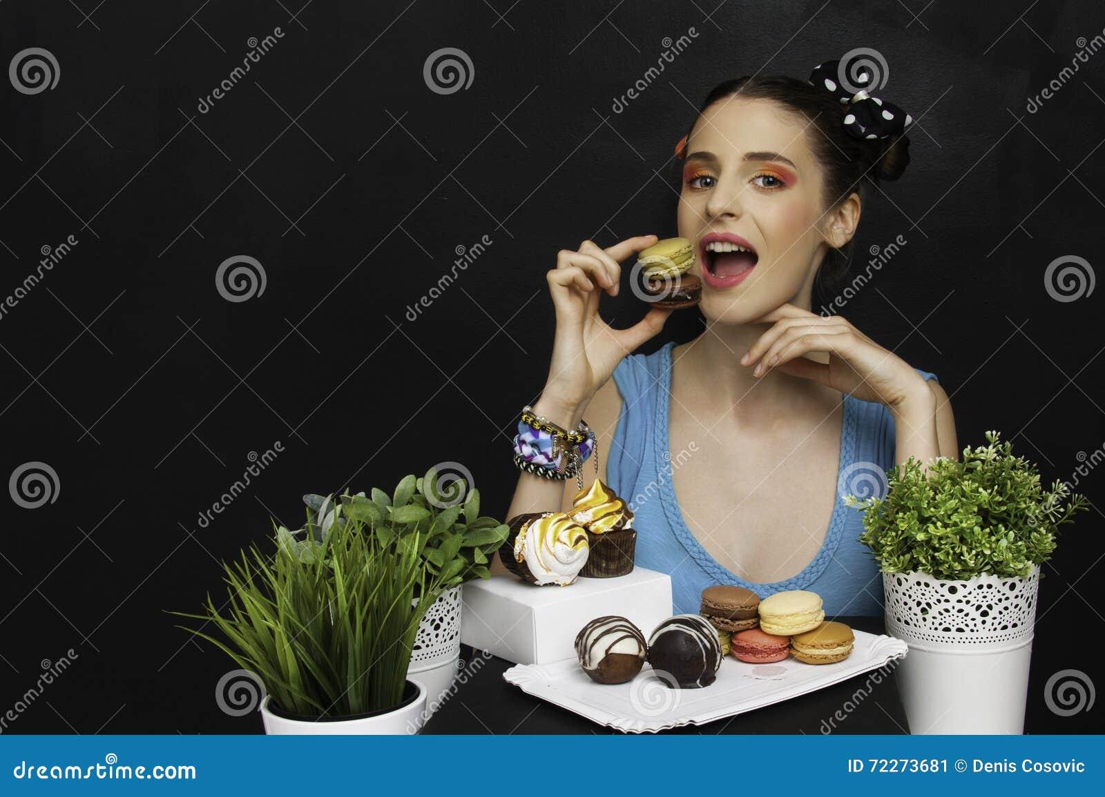Donna con i biscotti