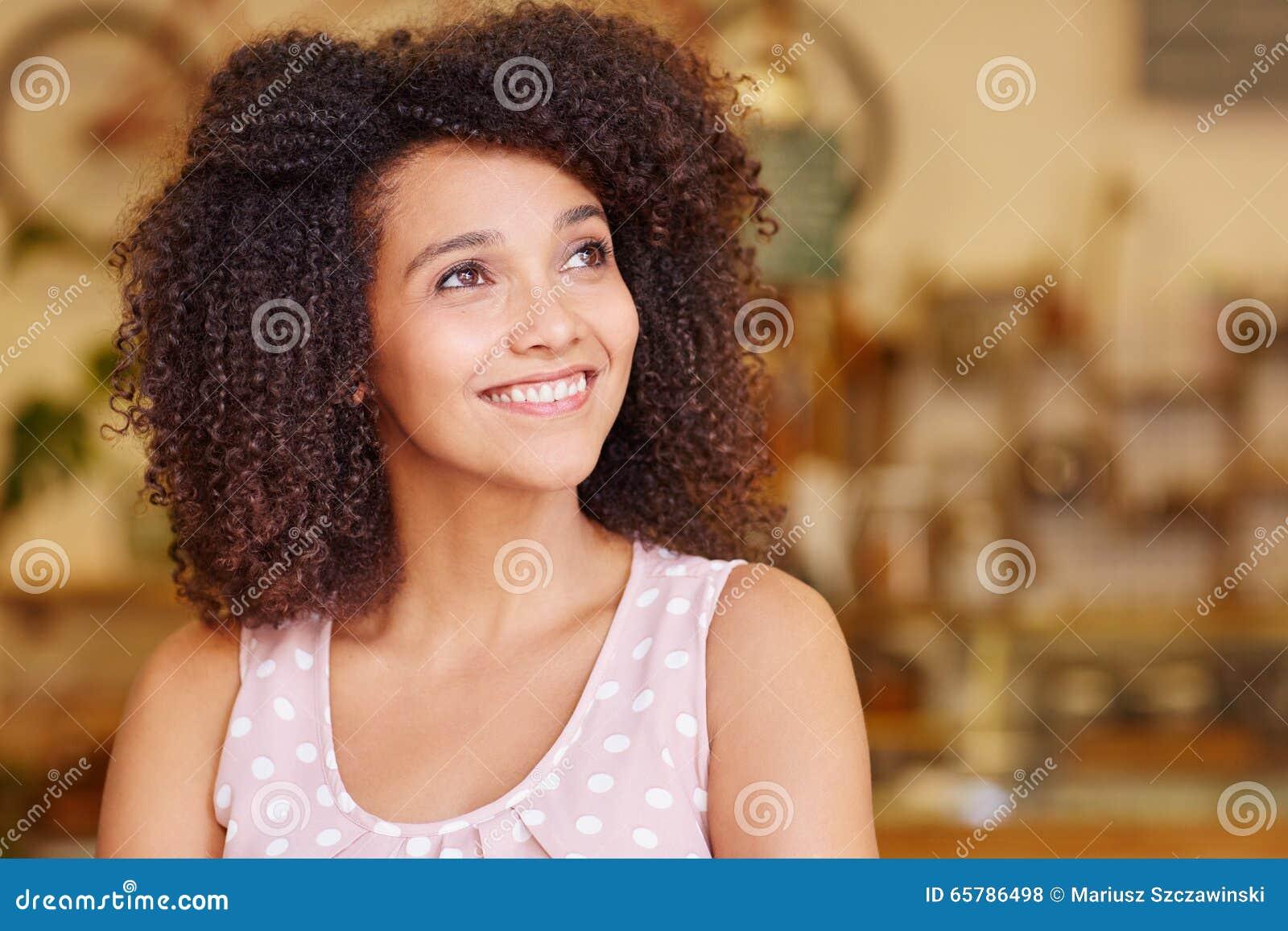 Donna Con I Capelli Scuri Ricci Di Afro Che Sorride Mentre ...