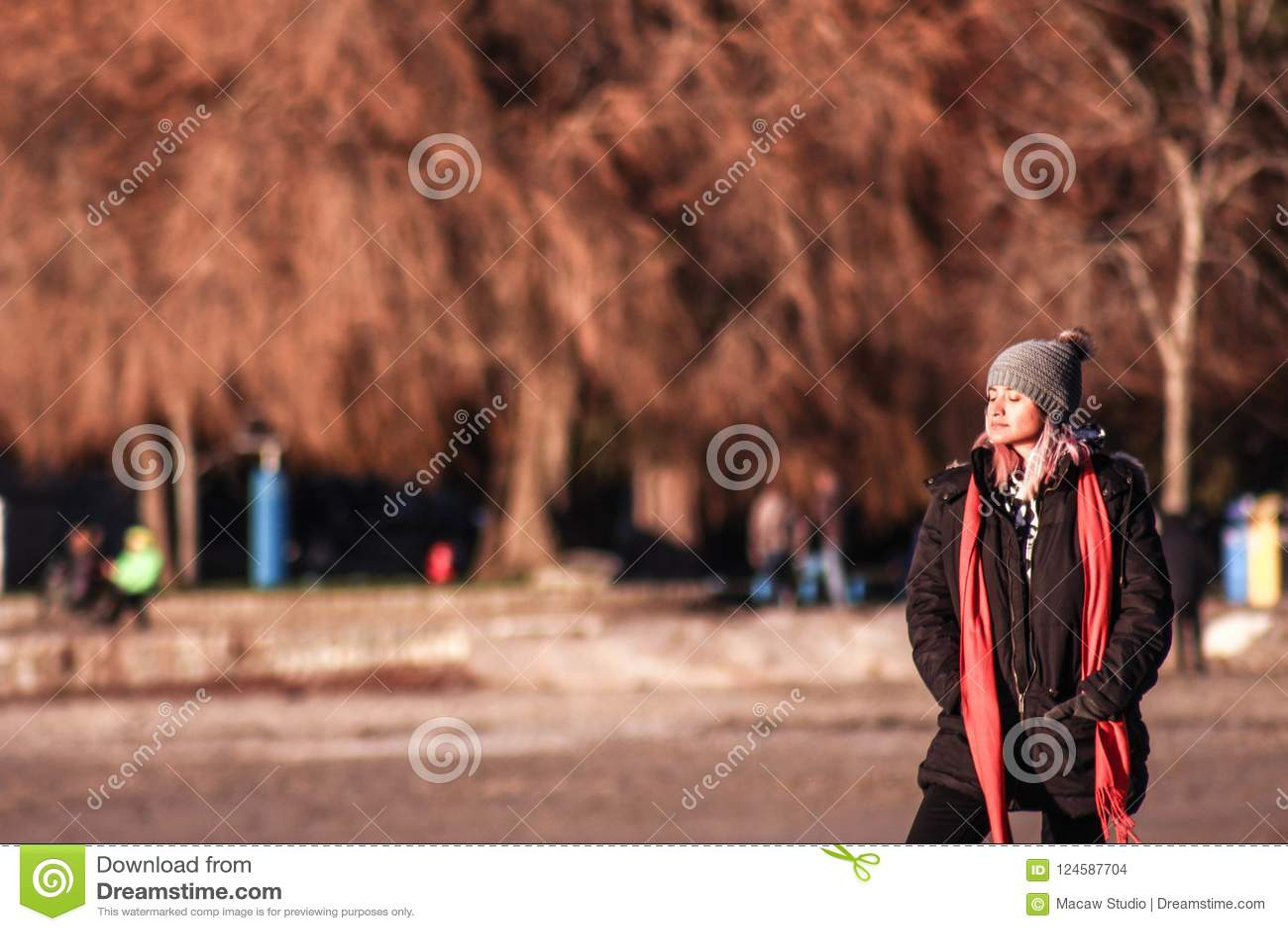 funzionario di vendita caldo prodotto caldo ultimo di vendita caldo Donna Con I Vestiti Di Inverno Al Tramonto Sciarpa, Cappotto ...